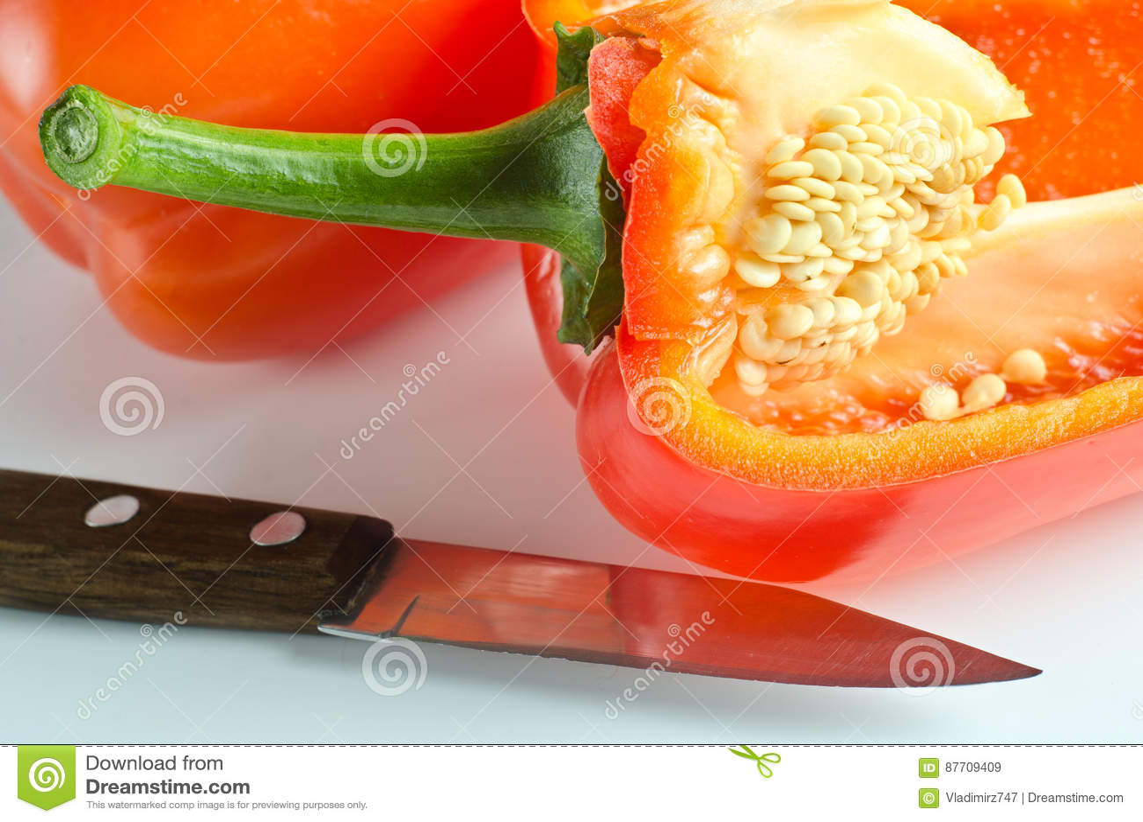 Fruits de paprika se trouvant sur une table légère