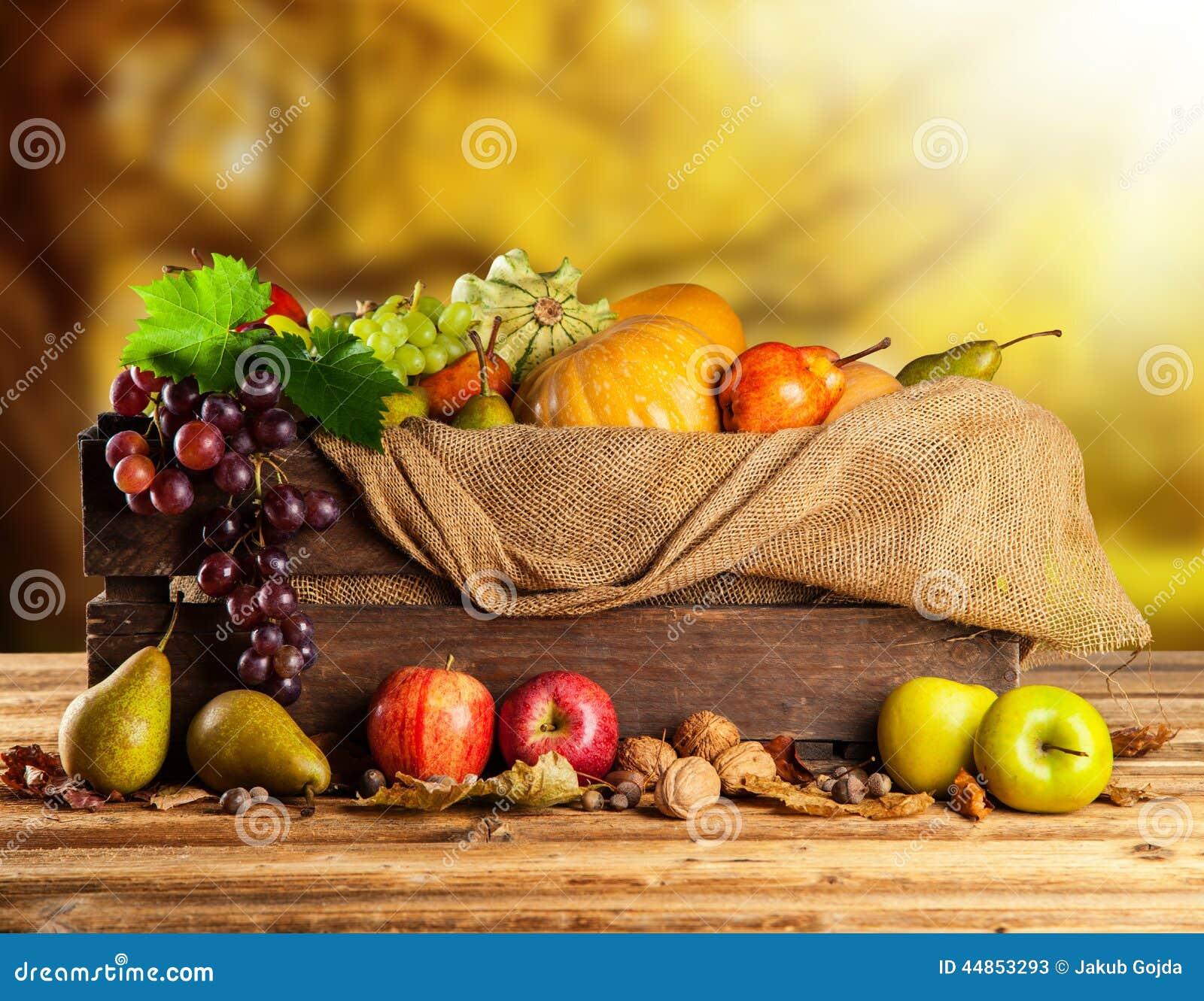 Top Fruits Et Légumes D'automne Dans La Boîte En Bois Image stock  YQ46