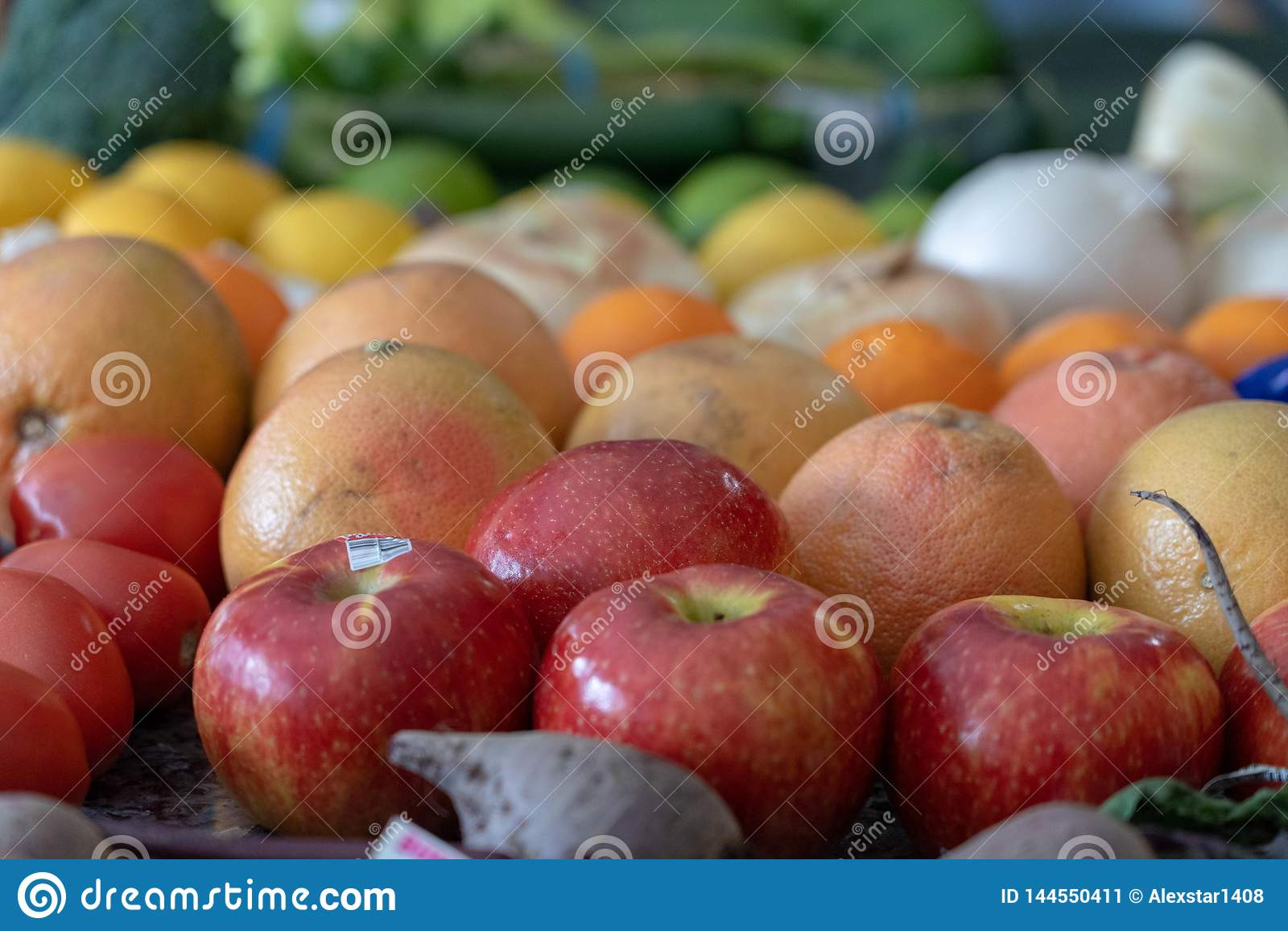 Fruits et légumes assortis par couleur