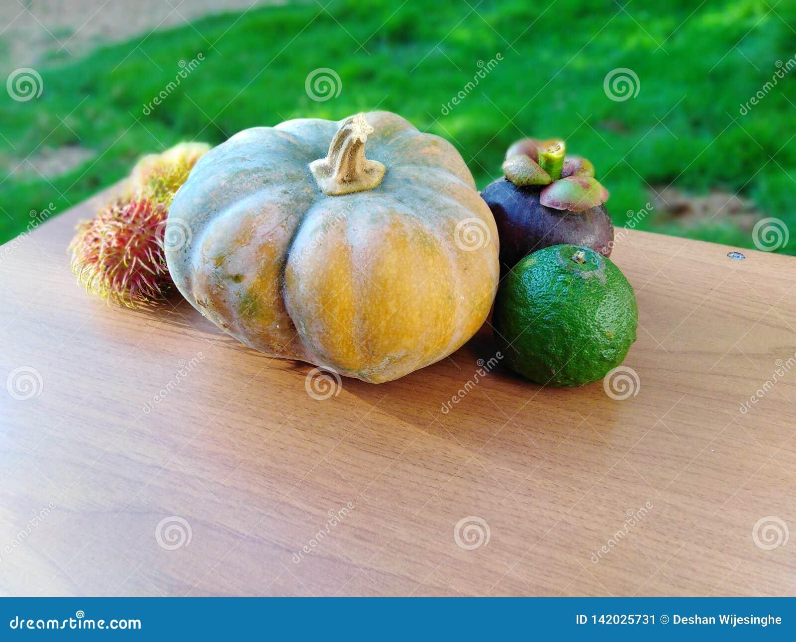Fruits et légumes bien disposés sur la table