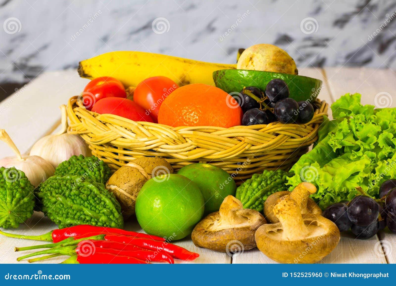Fruits et légumes colorés placés sur la table