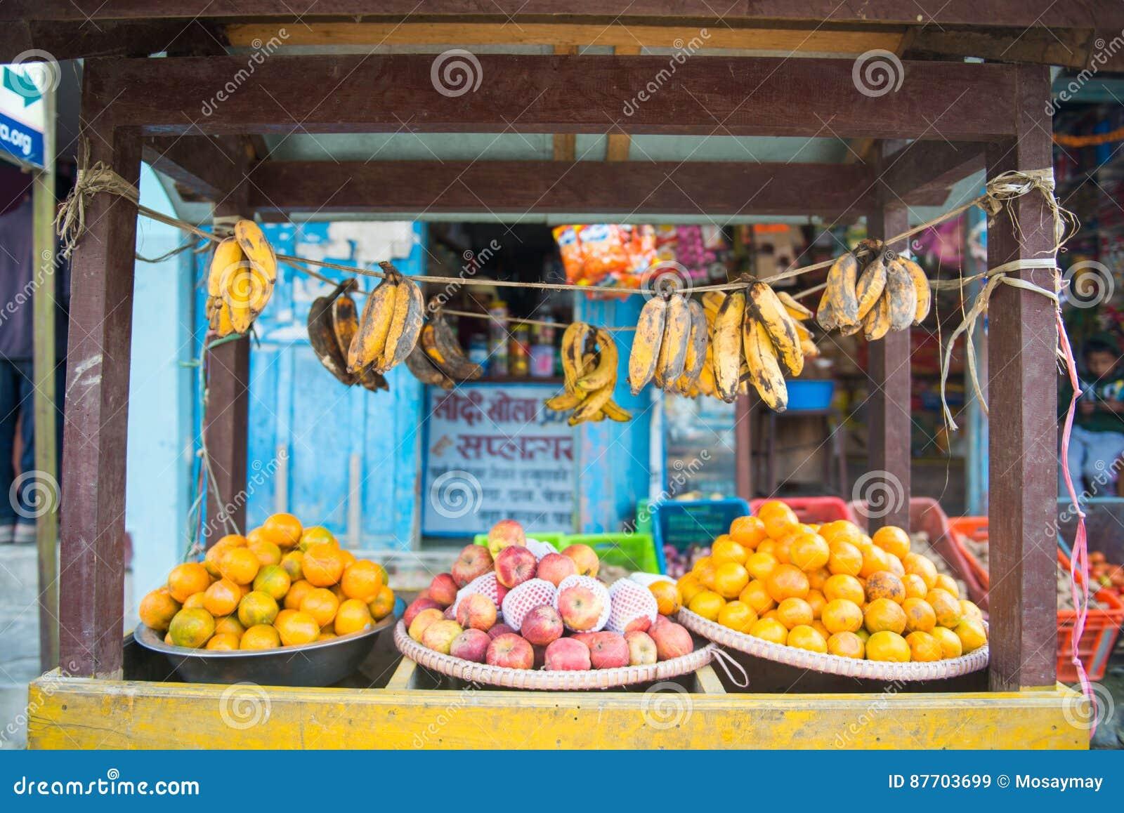 Fruits frais pour la vente sur le chariot