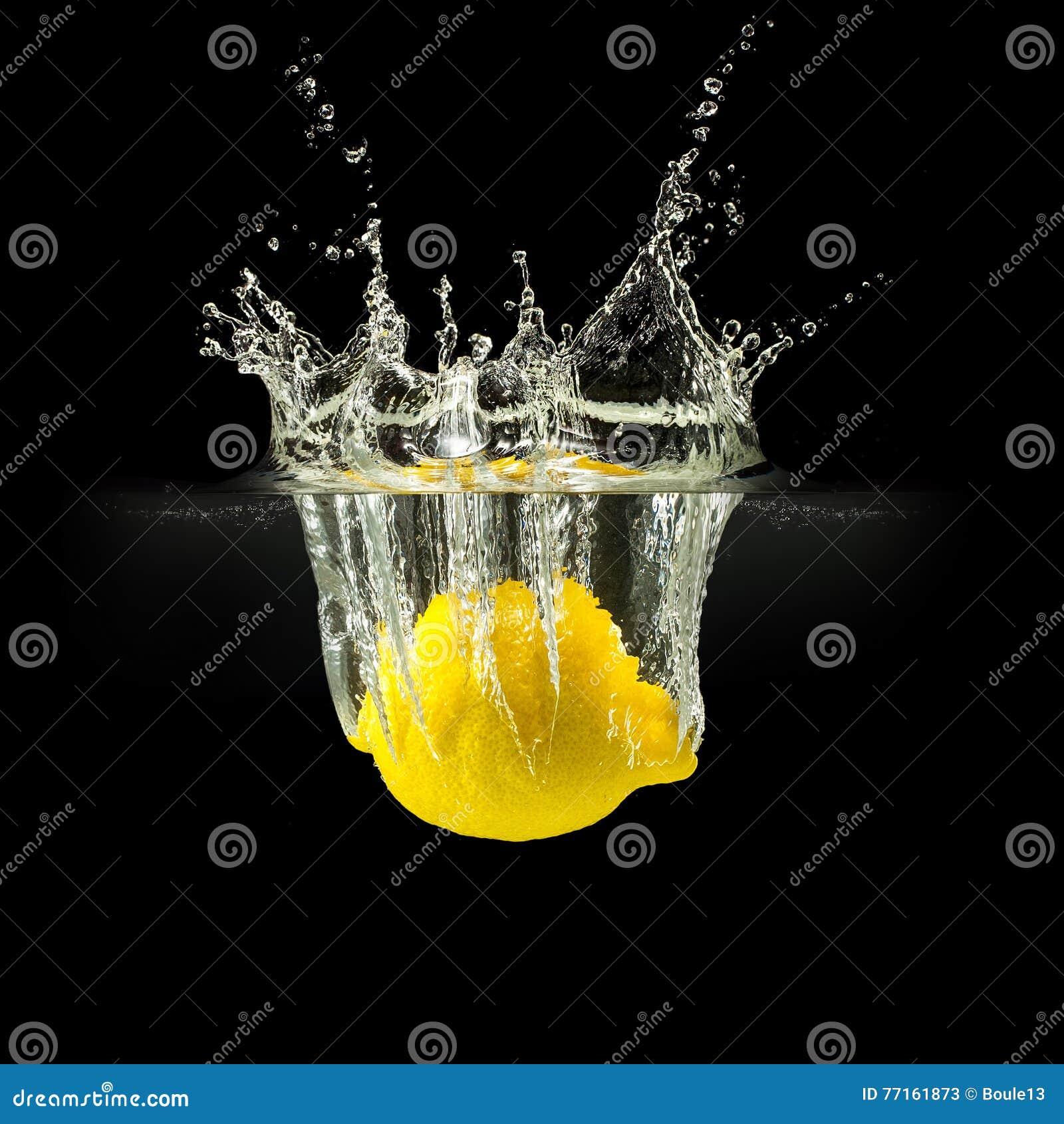 Fruits frais tombant dans l eau sur le fond noir