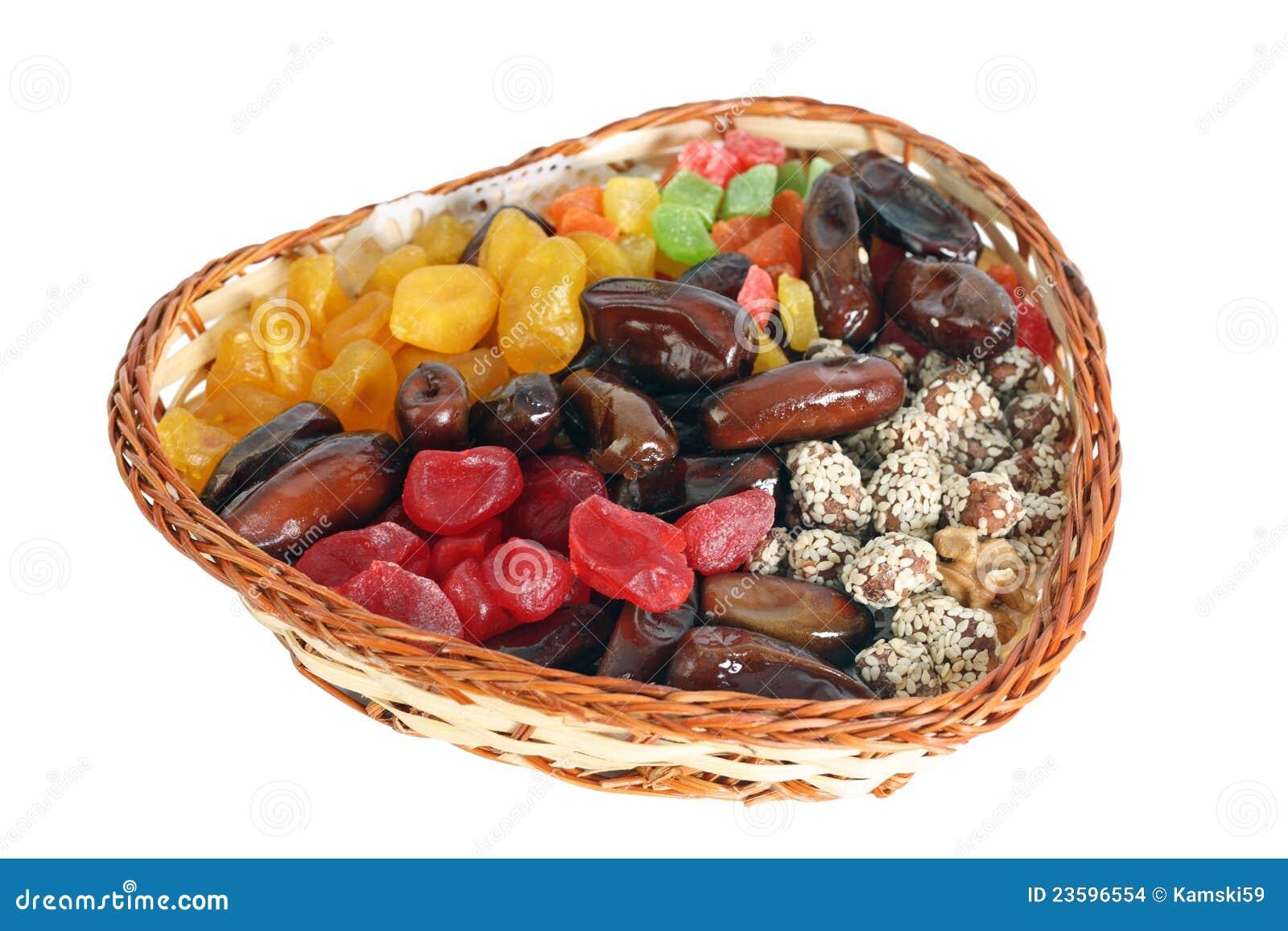 fruits secs dans un panier wattled photo stock image du nourriture blanc 23596554. Black Bedroom Furniture Sets. Home Design Ideas