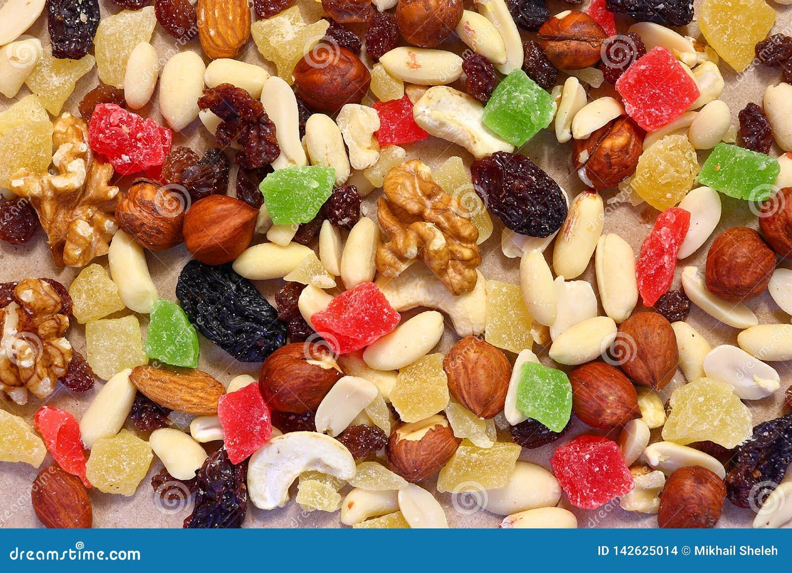 Fruits secs sur le papier non blanchi M?lange de dessert