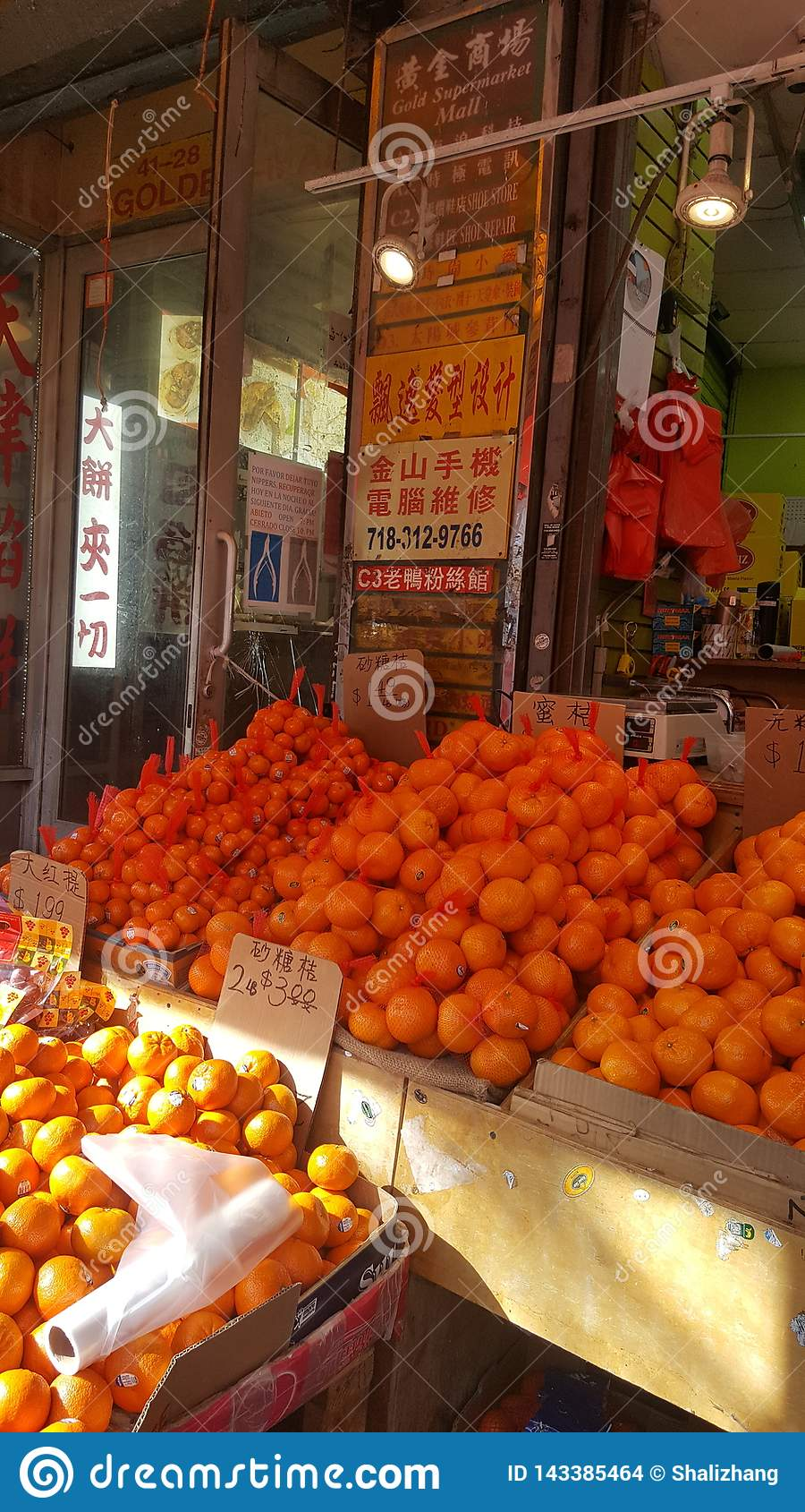 Fruittribune met sinaasappelencitrusvrucht die New York spoelen