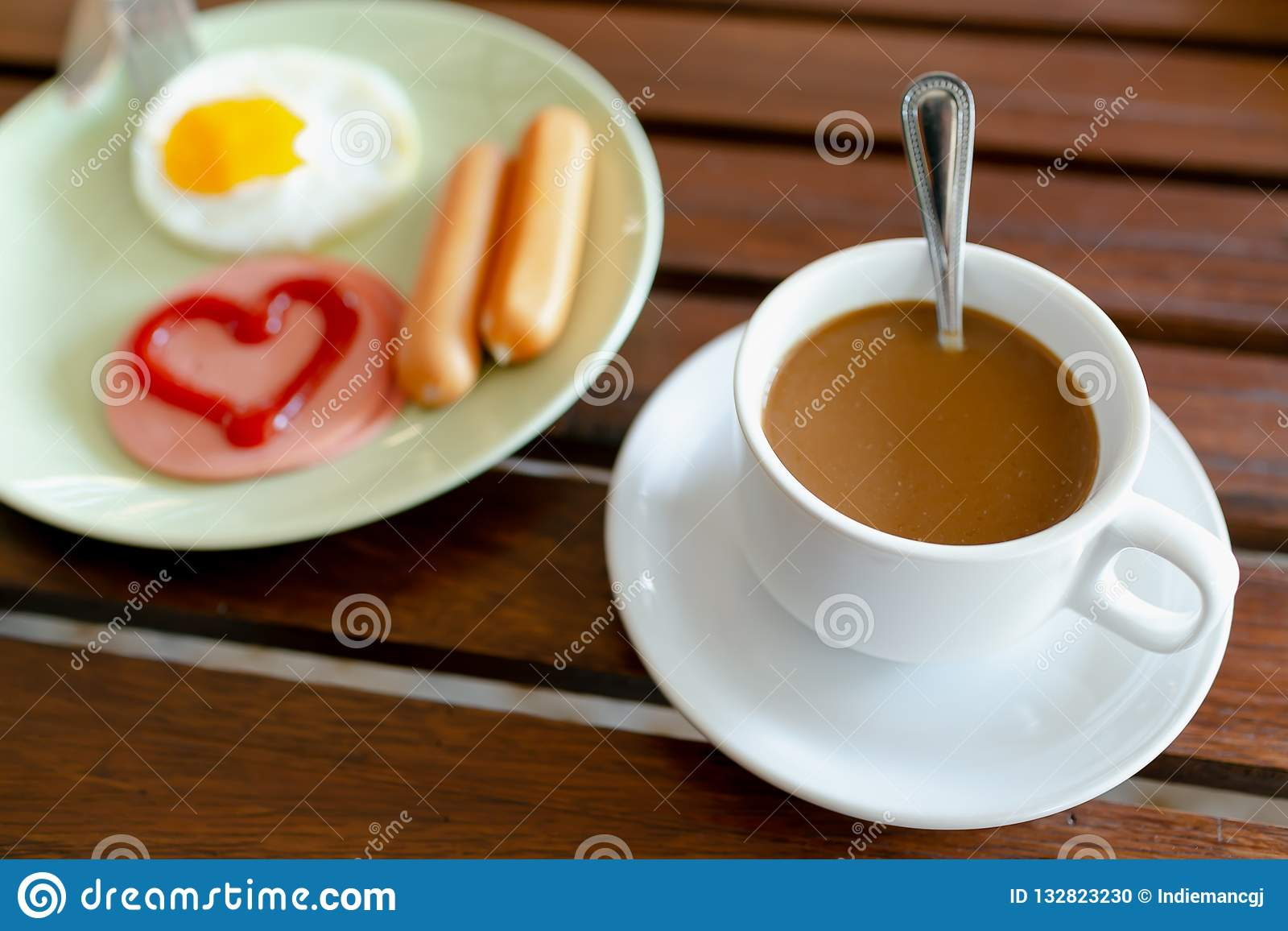 Frukost, ägg, korvar, skinka och svart kaffe