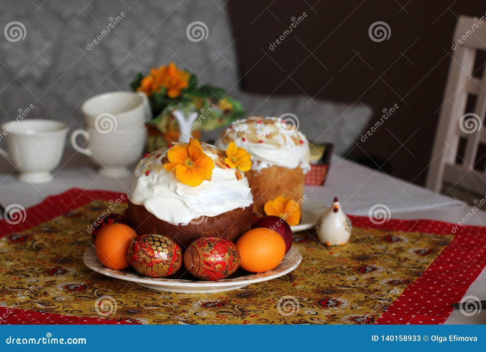 Frukost- eller frunchtabellinställning för easter mål med vänner och familjen runt om tabellen