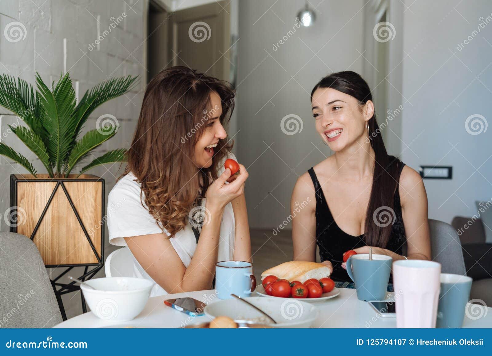 Frukost för två kvinnavänner i köket