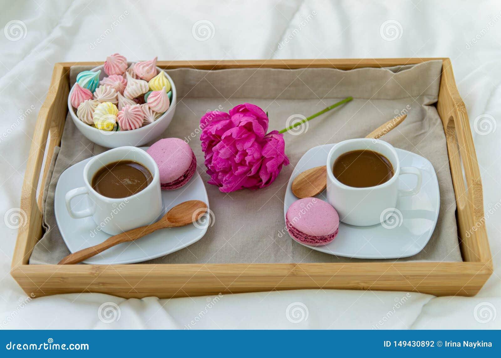 Frukost i s?ng f?r tv? Tr?magasin med kaffe, makron och Bizet