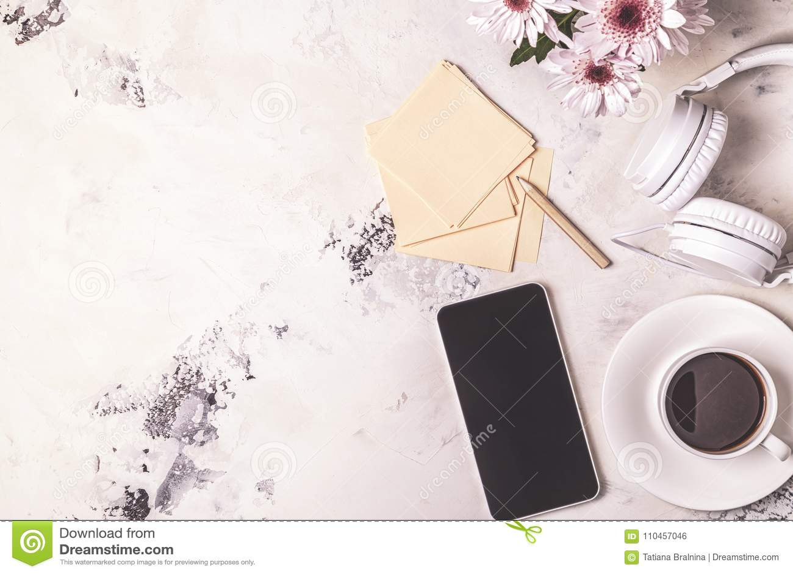 Frukost - kaffe, tephon, hörlurar