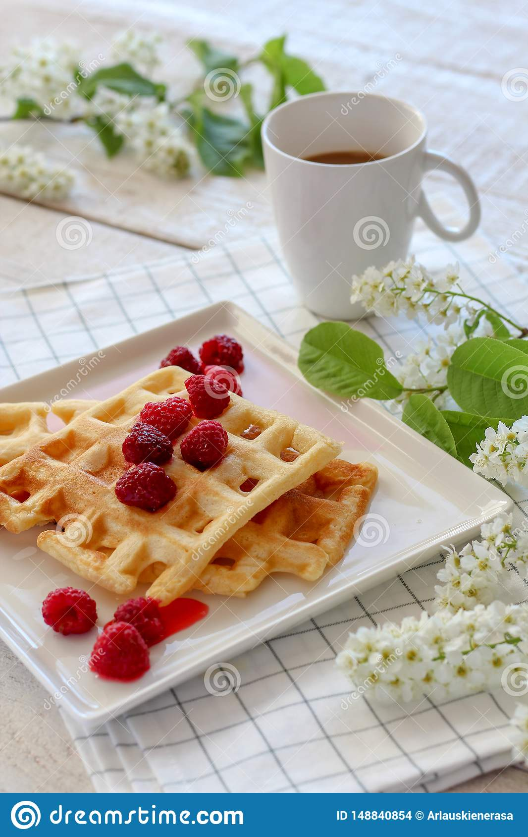 Frukost med hemlagade dillandear och kaffe med v?rblom