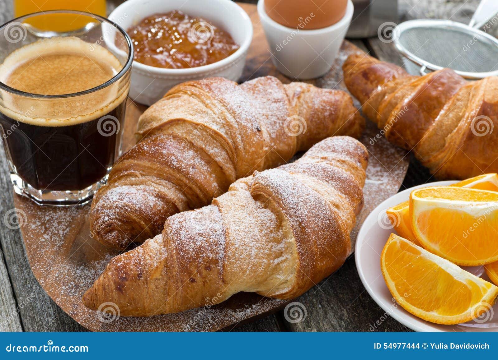 Frukost med nya giffel på trätabellen