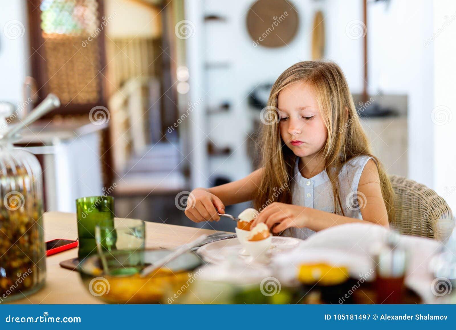 Frukost som little äter flickan
