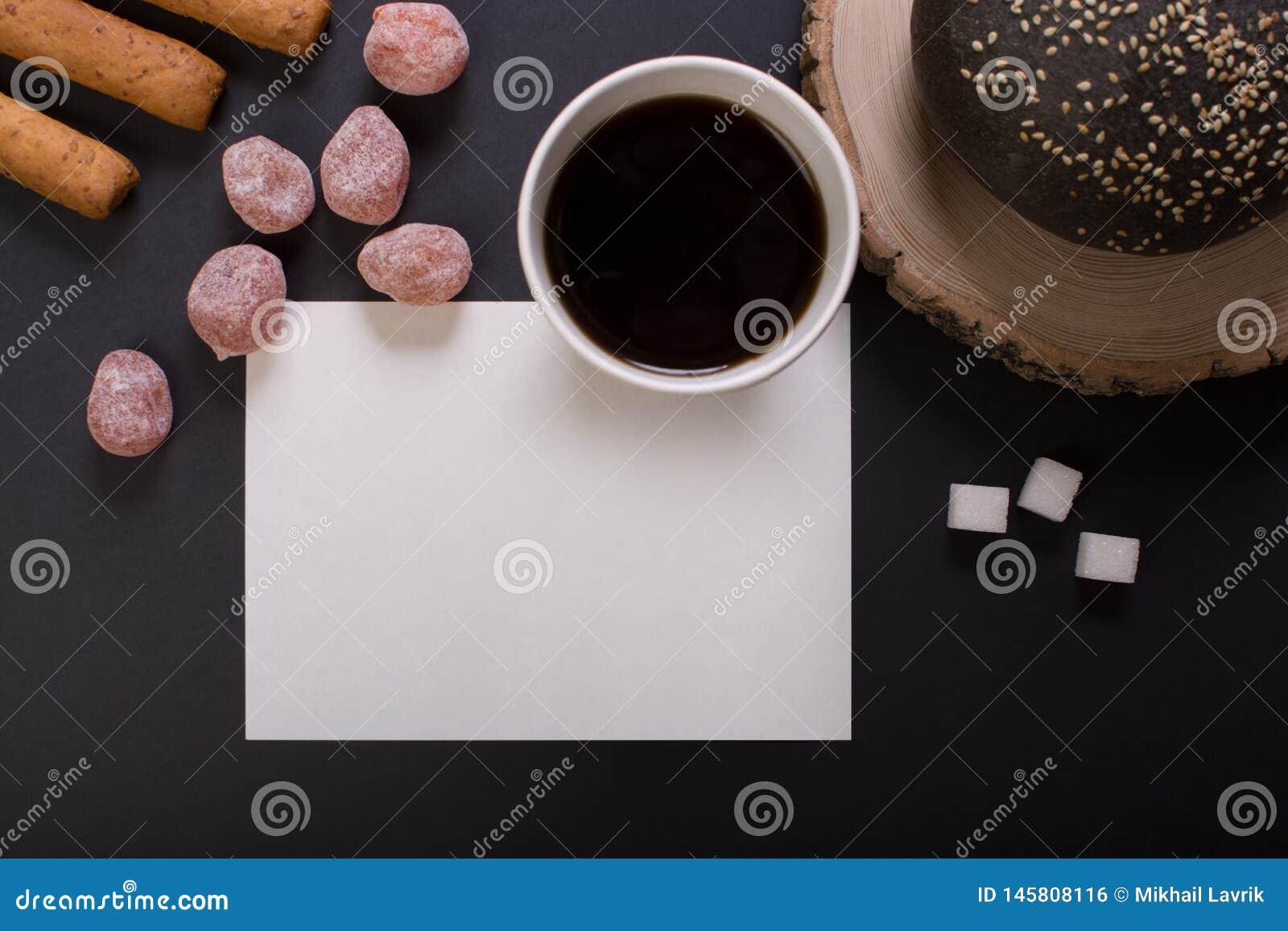 Frukosten med kuper av kaffe
