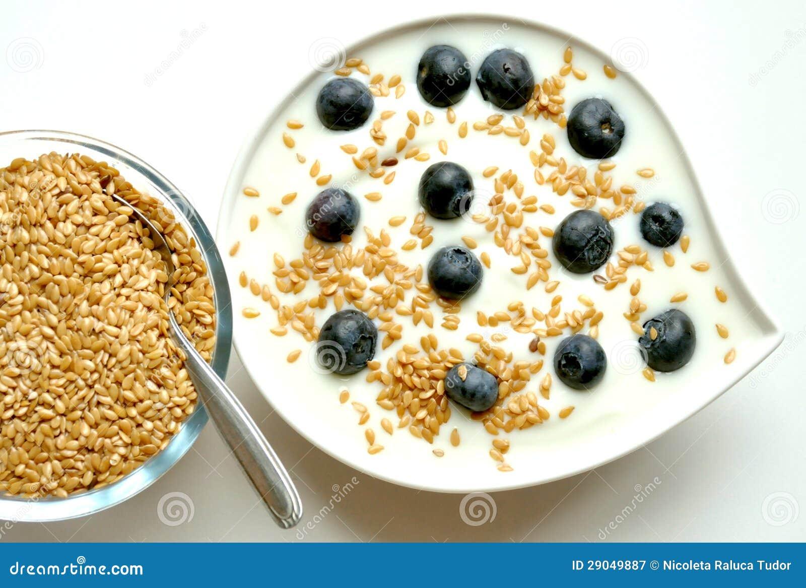 Frukostera med yoghurt-, blåbär- och linfrö