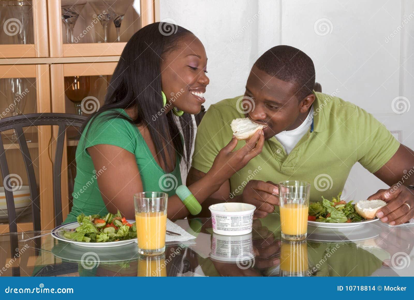Frukostpar som äter etniskt tabellbarn