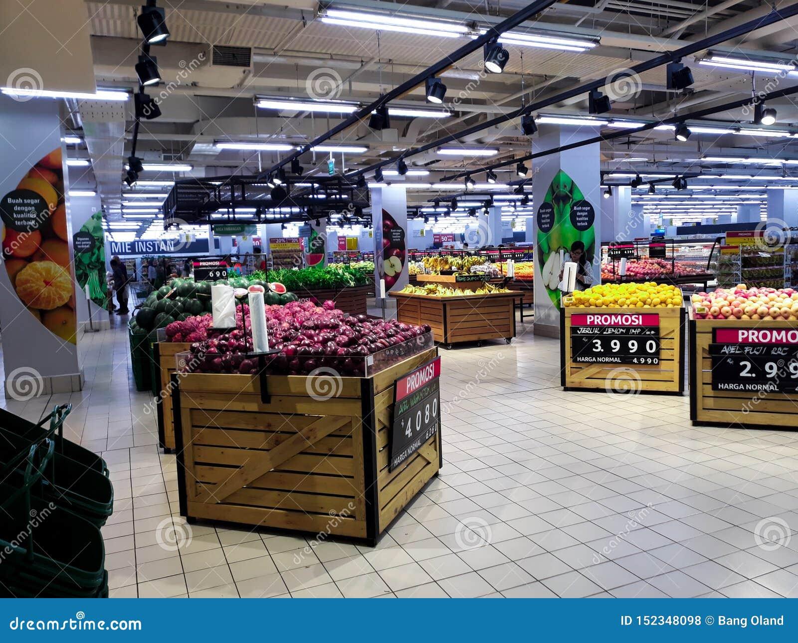 Frukt i supermarket och köpande ny organisk grönsaker och frukt inom en shoppinggalleria i Indonesien Begreppet av sund ea