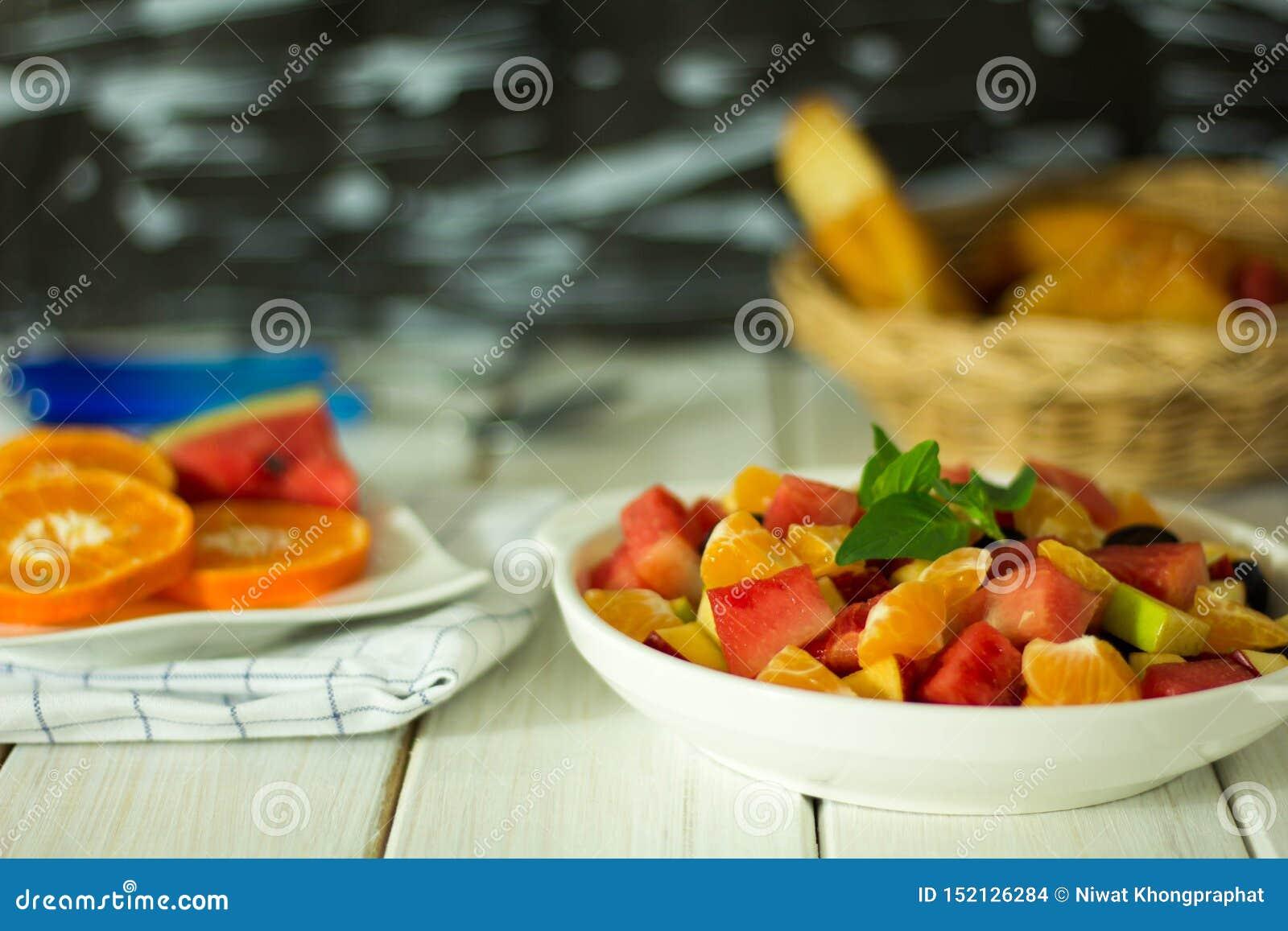 Frukt och vegetabldsallad förläggas på plattan