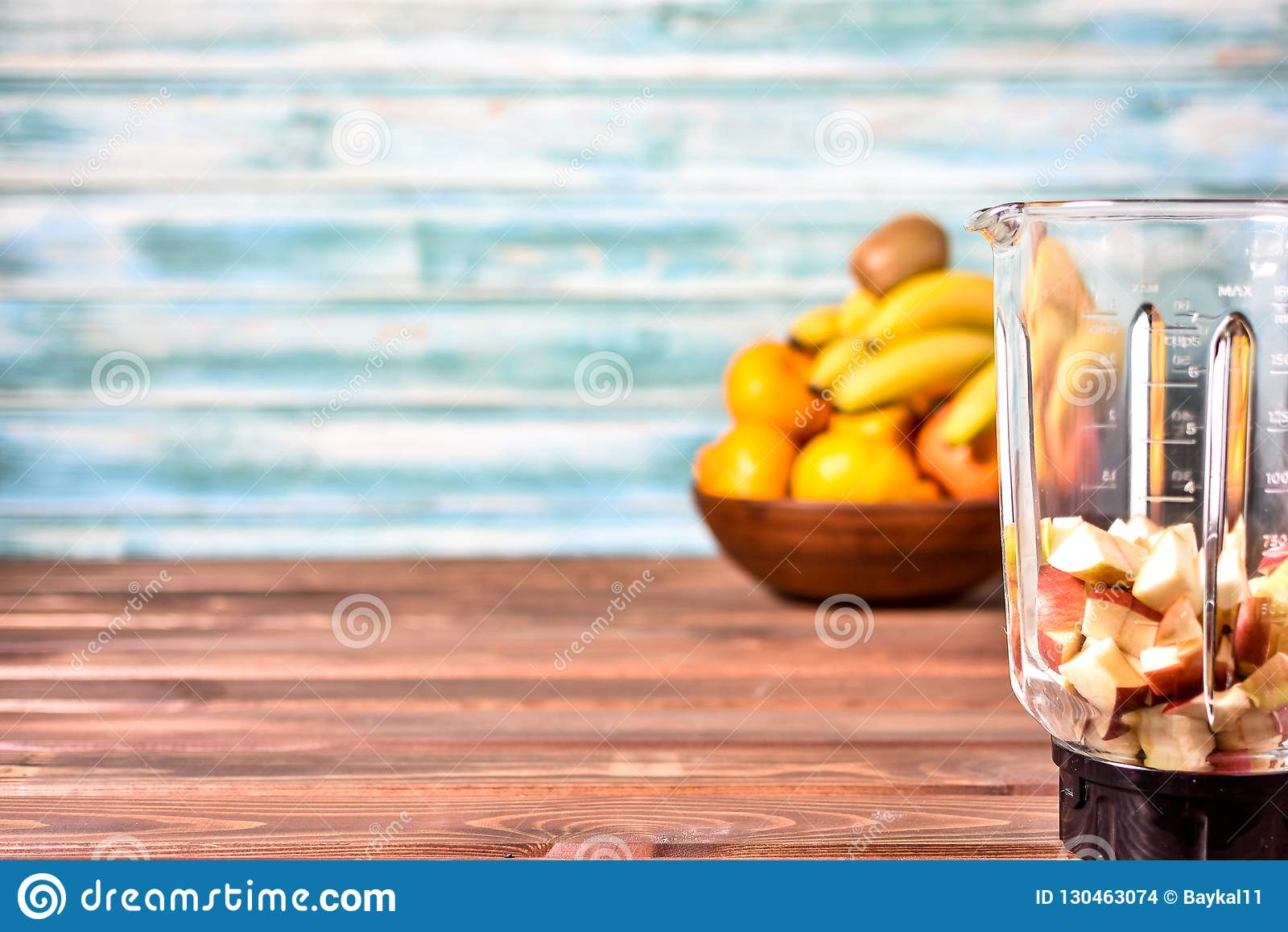 Frukter, innan att blanda upp in i en sund smoothie