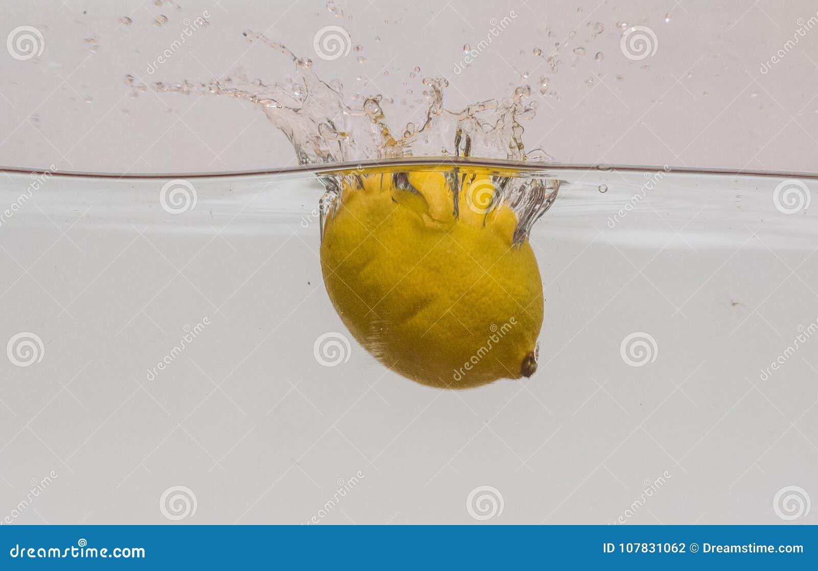 Fruktfärgstänk med en citron