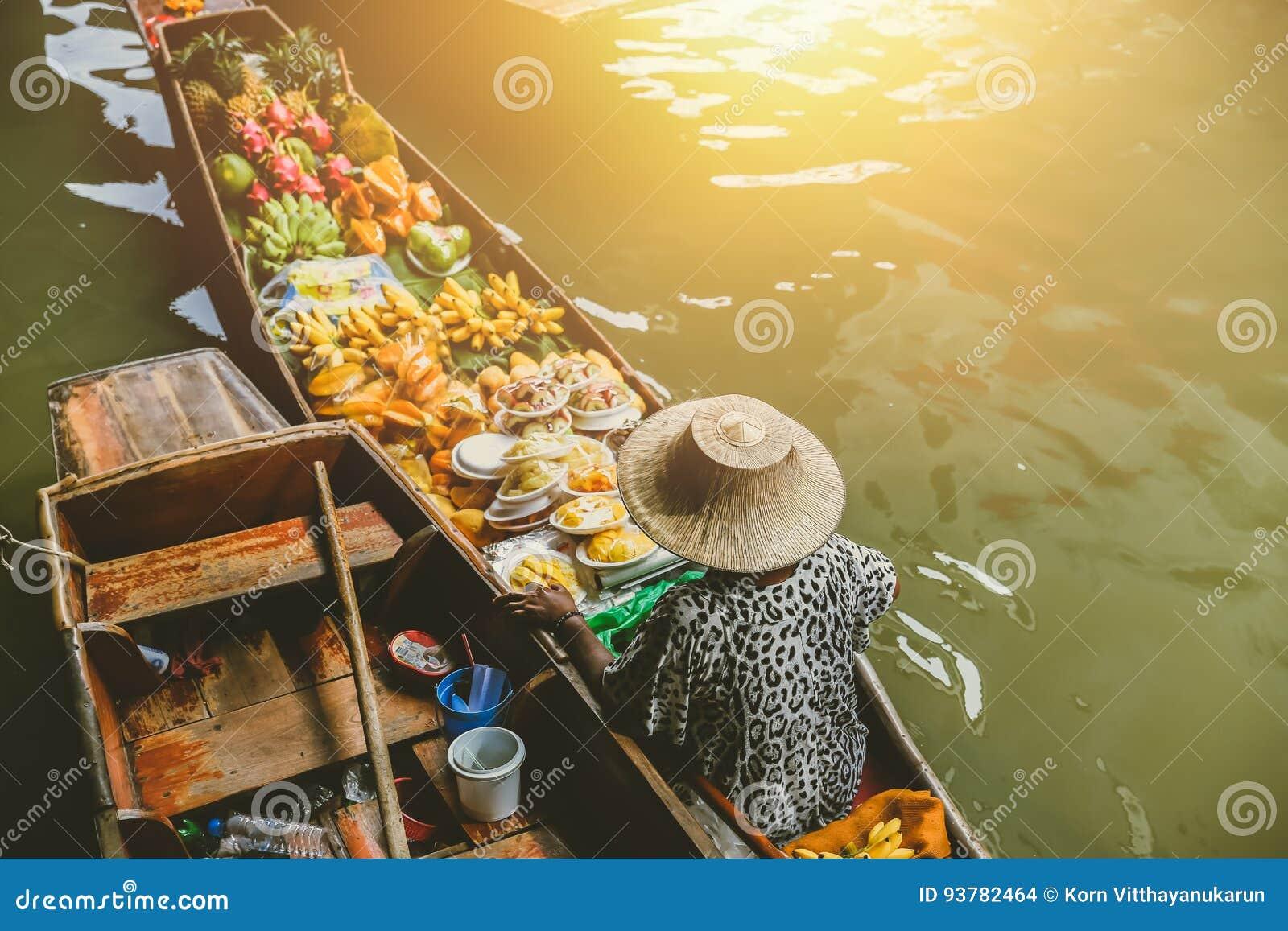 Fruktfartygförsäljning på Damnoen Saduak som svävar marknaden