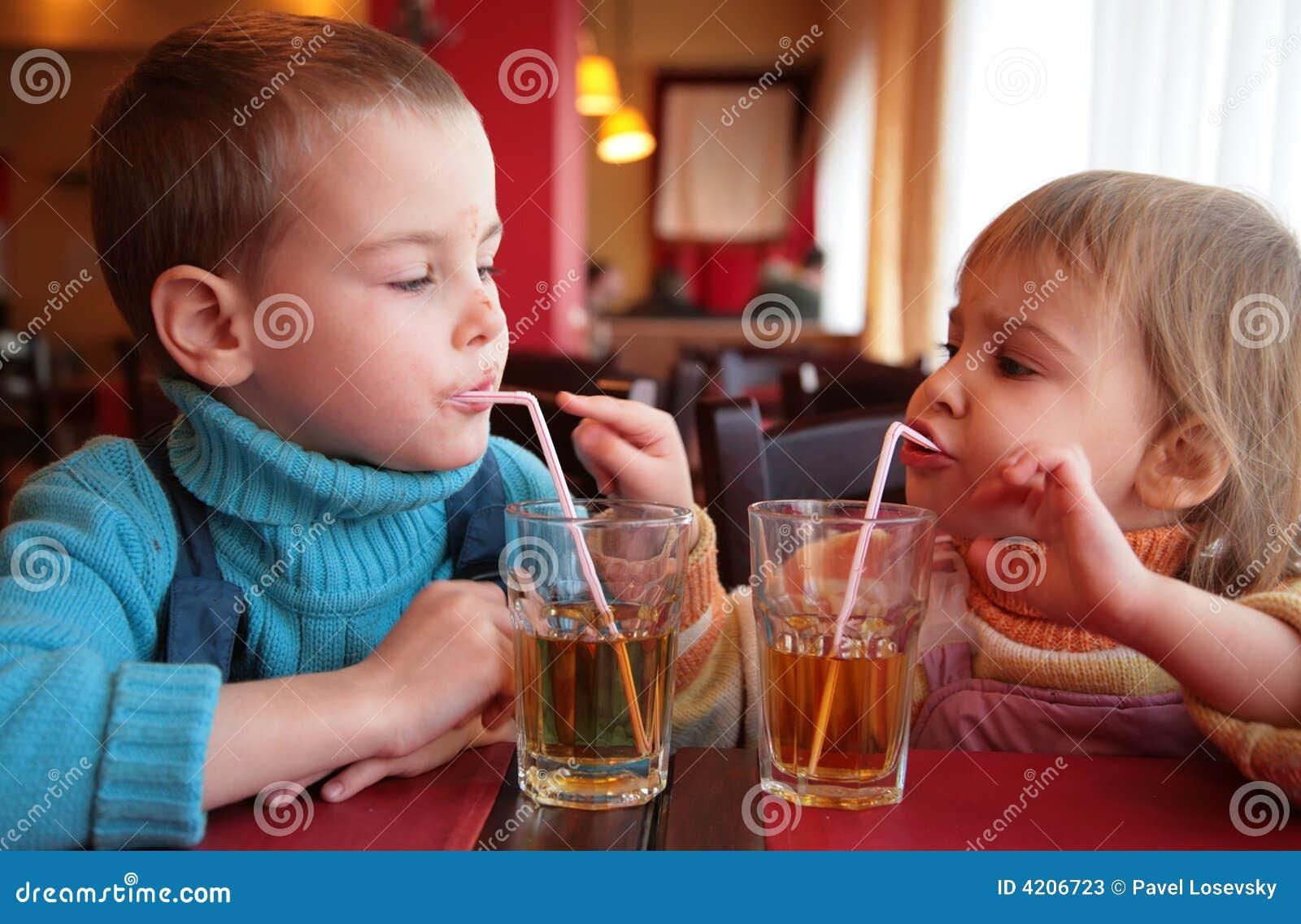 Fruktsaft för pojkedrinkflicka little