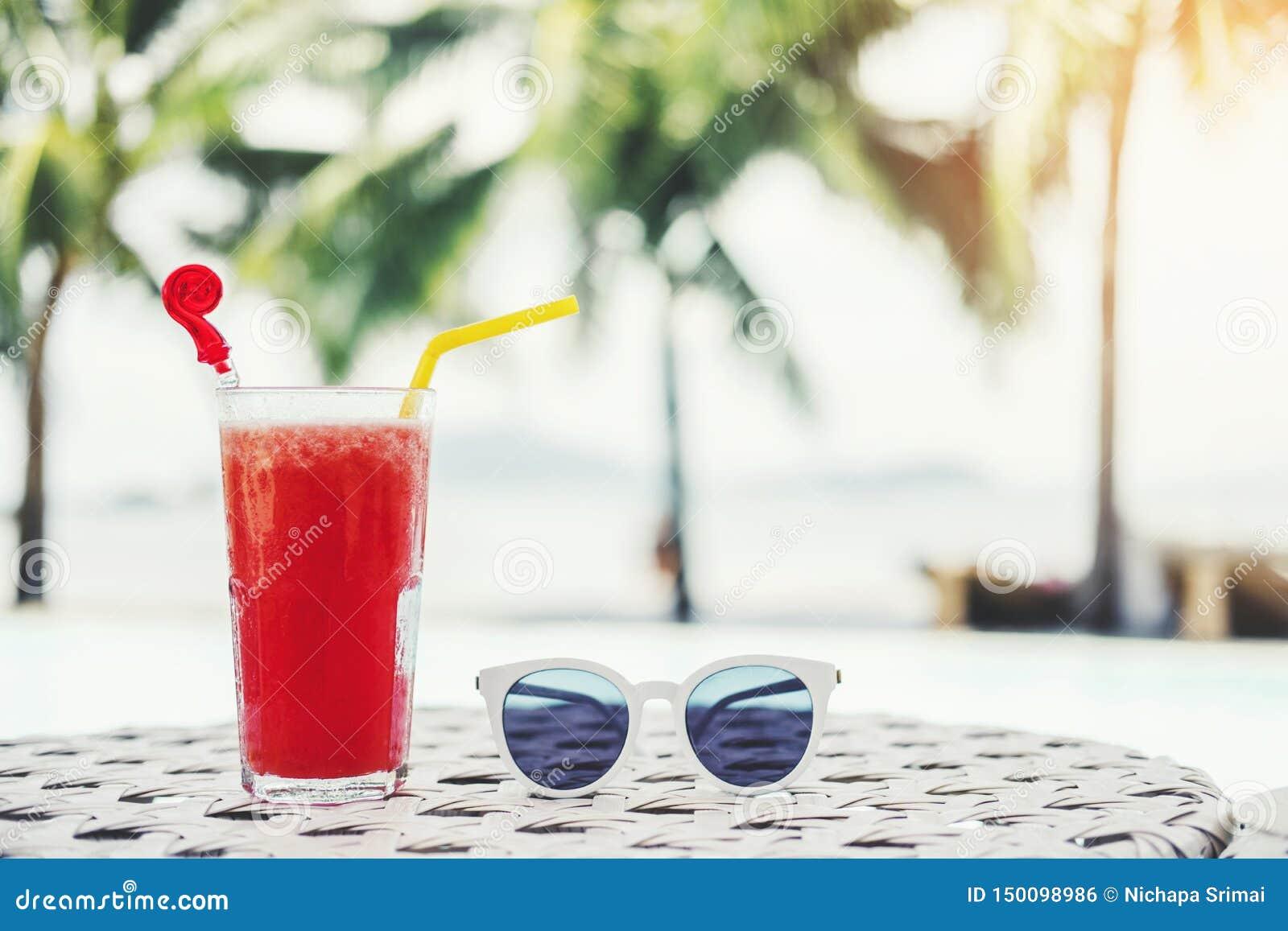 Fruktsaft på den tropiska strandsemesterorten för lyxig simbassäng, sommarbegrepp