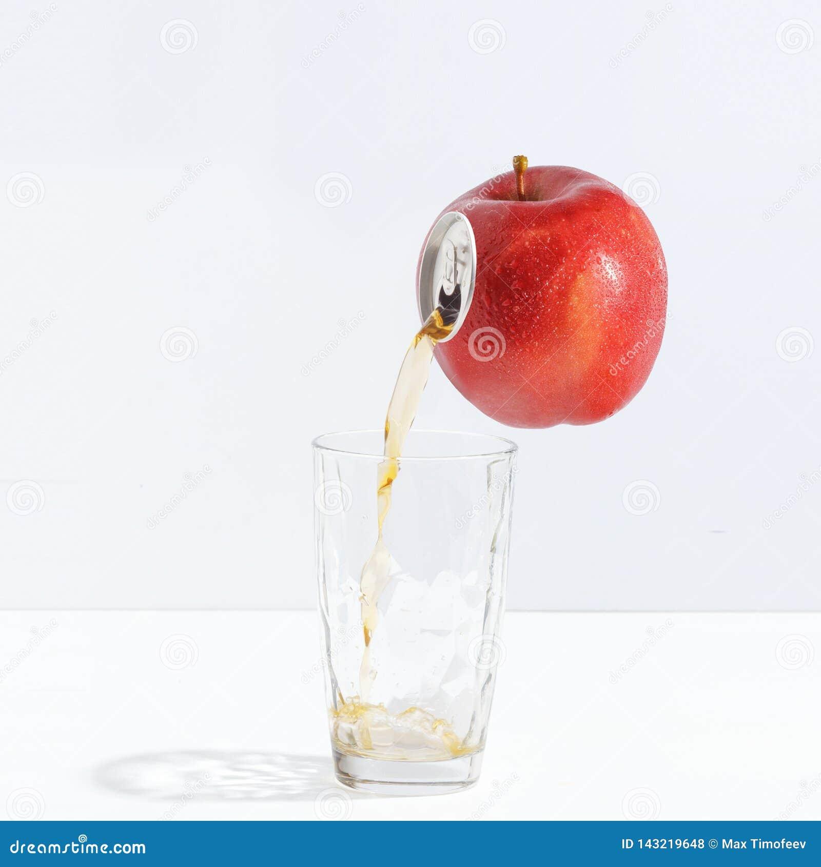Fruktsaft som flödar från ett moget äpple in i ett exponeringsglas Idérikt begrepp av ny fruktsaft