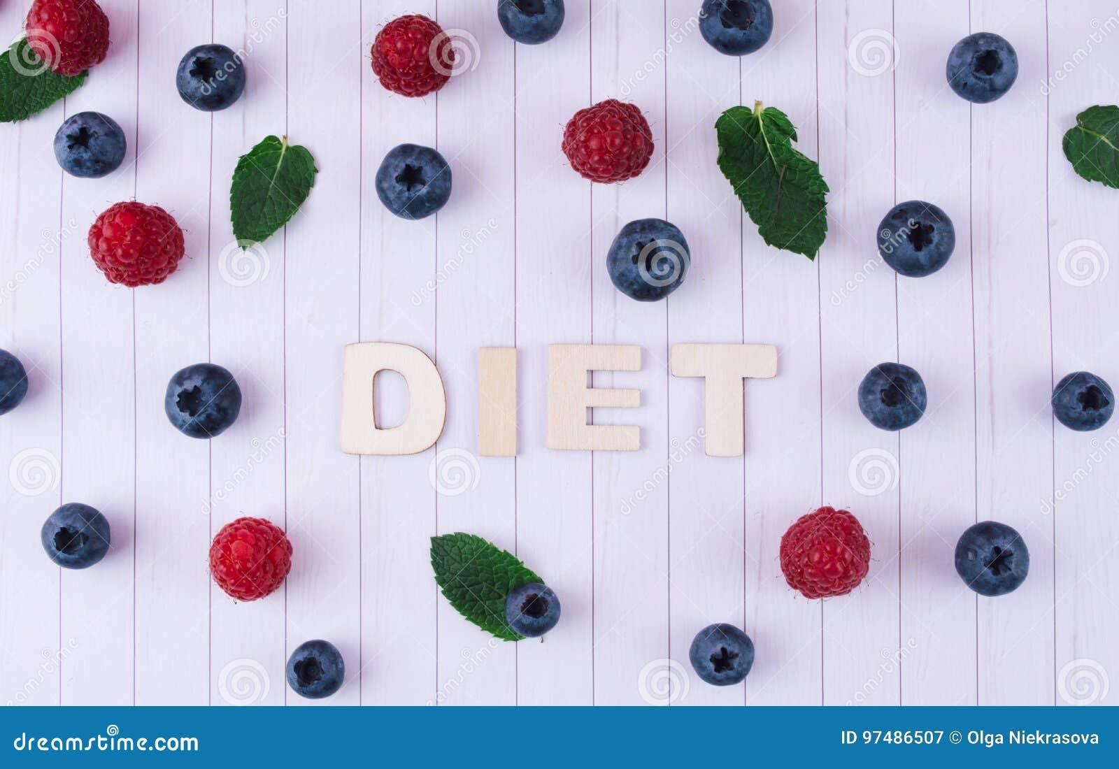Frullato rosa con i frutti e le bacche