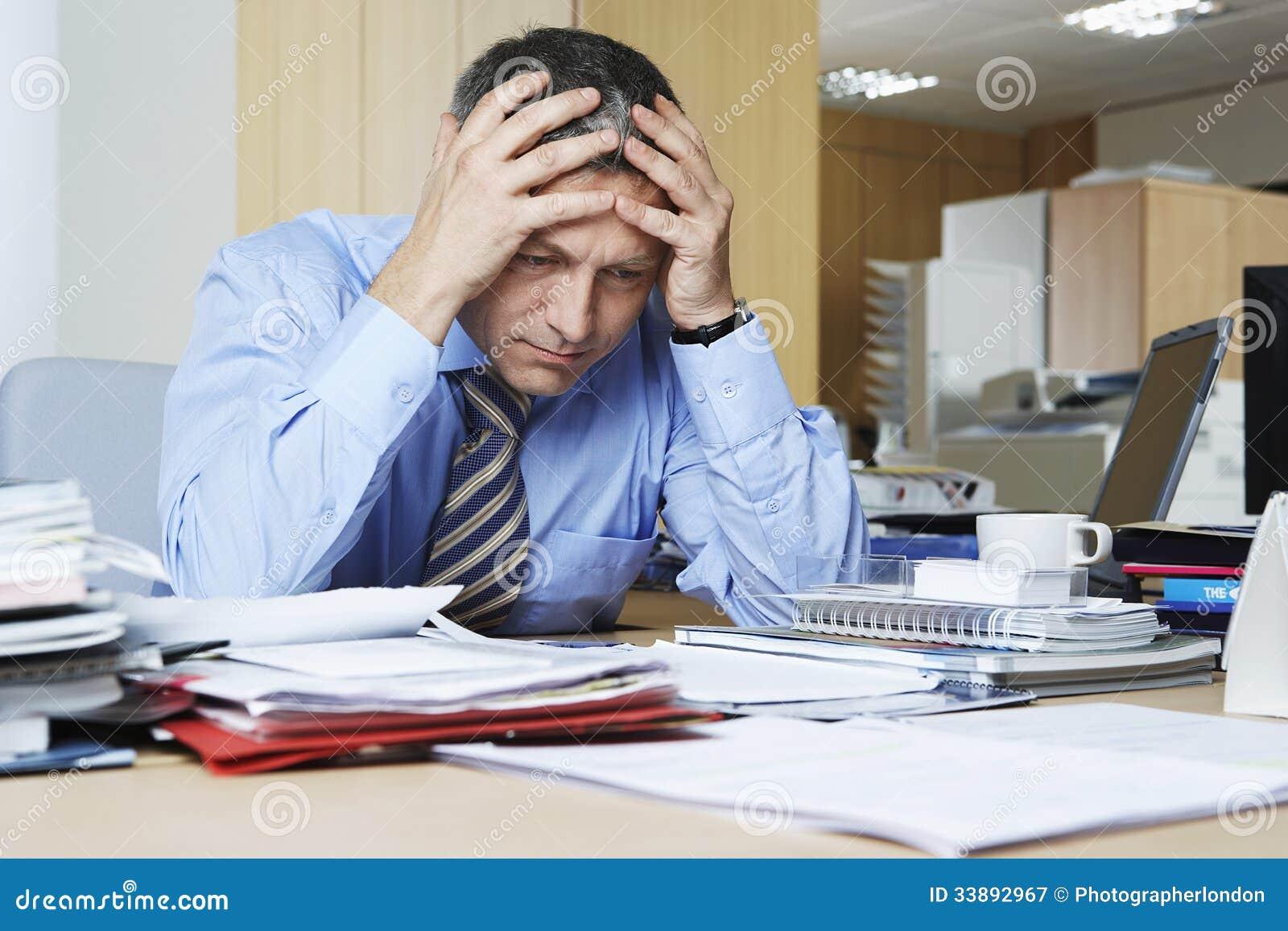 Frustrerad affärsman At Office Desk