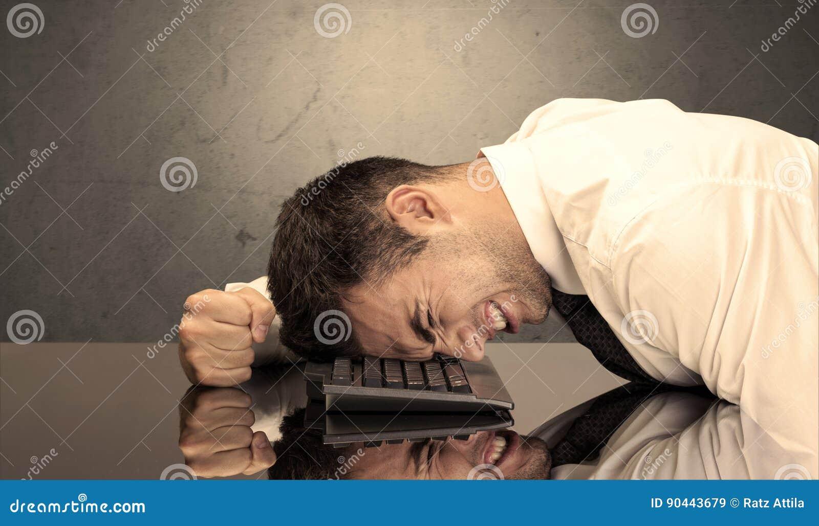 Frustrerat huvud för affärsman` s på tangentbordet