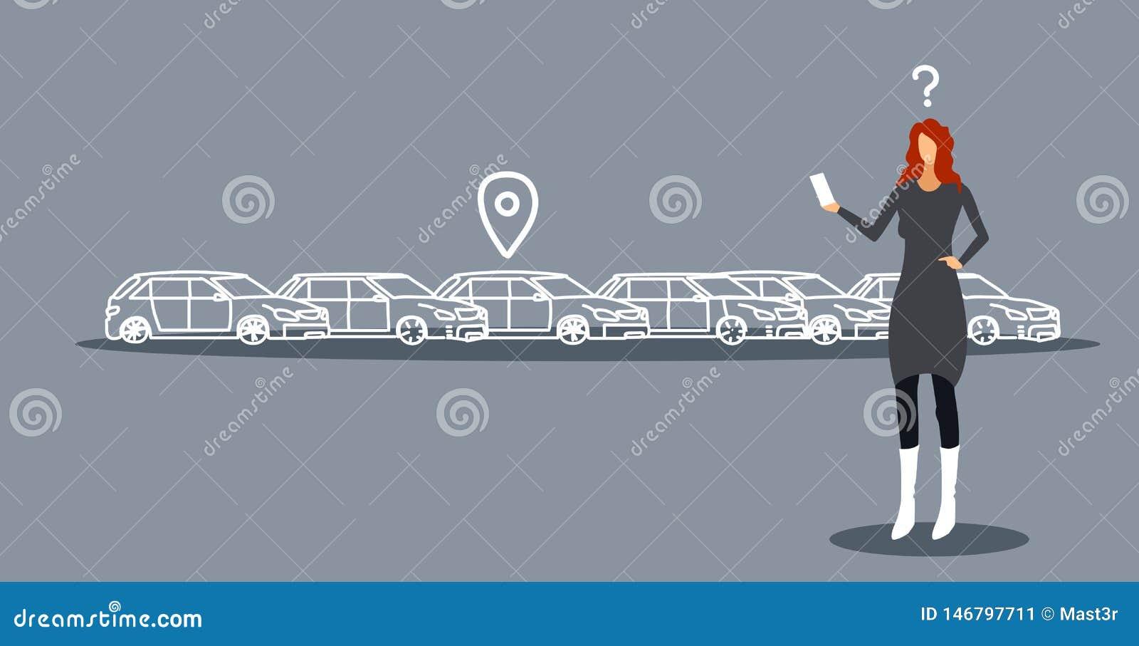 Frustrierte Frau, die Auto auf Parken unter Verwendung Konzeptgeschäftsfrau-Holding Smartphone der beweglichen Anwendung Carshari