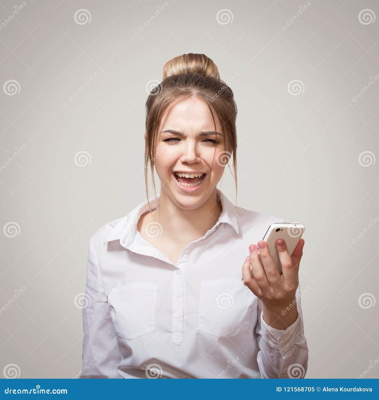 Frustrierte Frau mit Telefon
