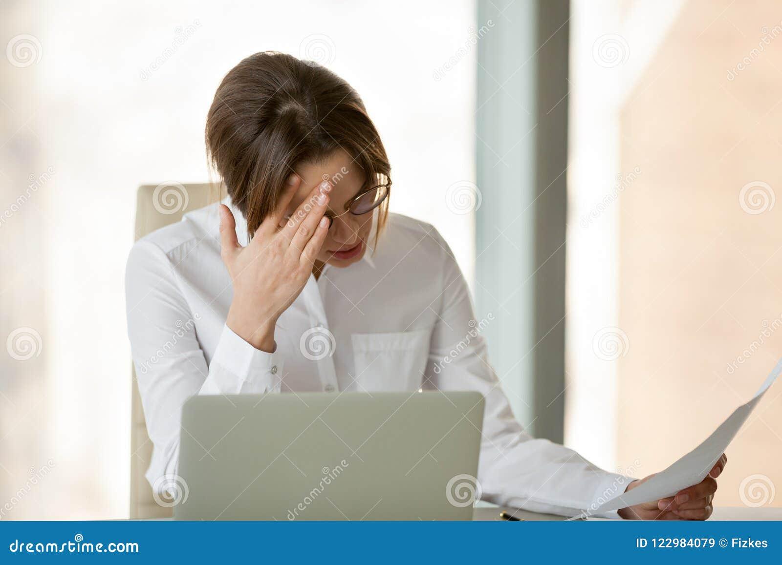 Frustrierter weiblicher Arbeitgeber enttäuscht über Firmengeschäftsfa