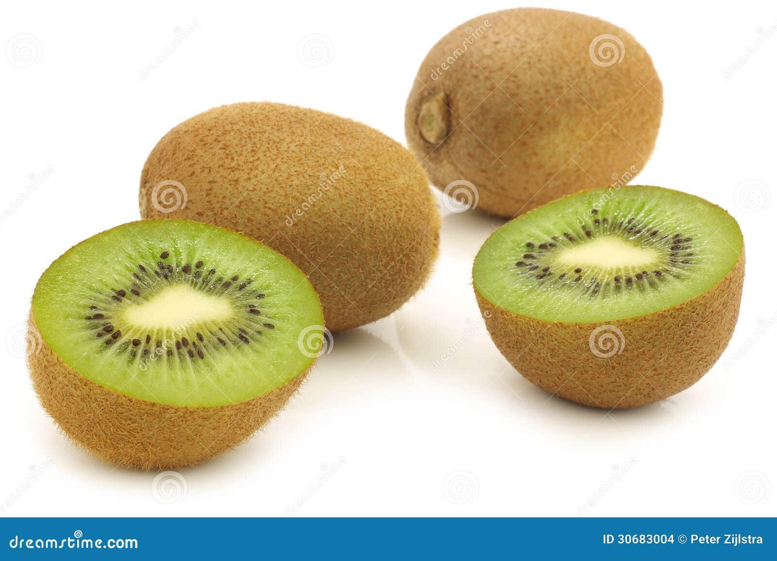Fruta de kiwi fresca y un corte una
