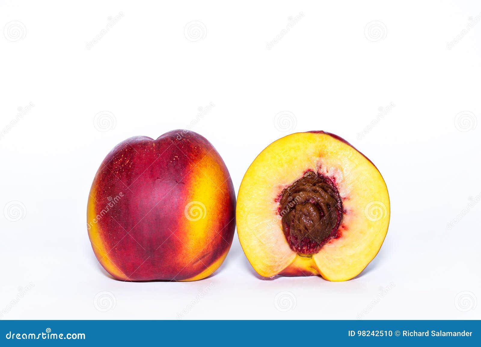 Fruta de la nectarina aislada en el recorte blanco del fondo