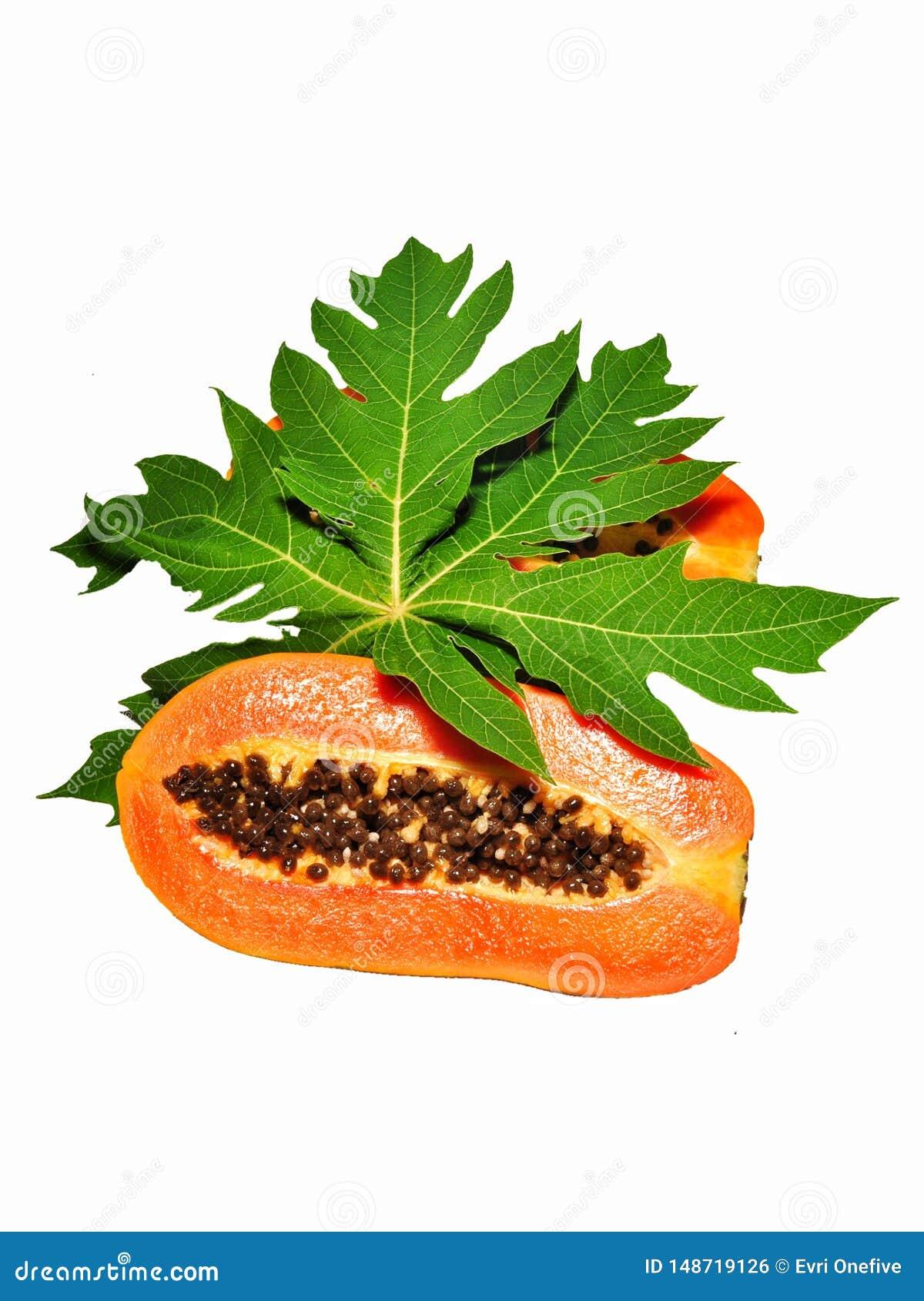Fruta de la papaya aislada en el fondo blanco
