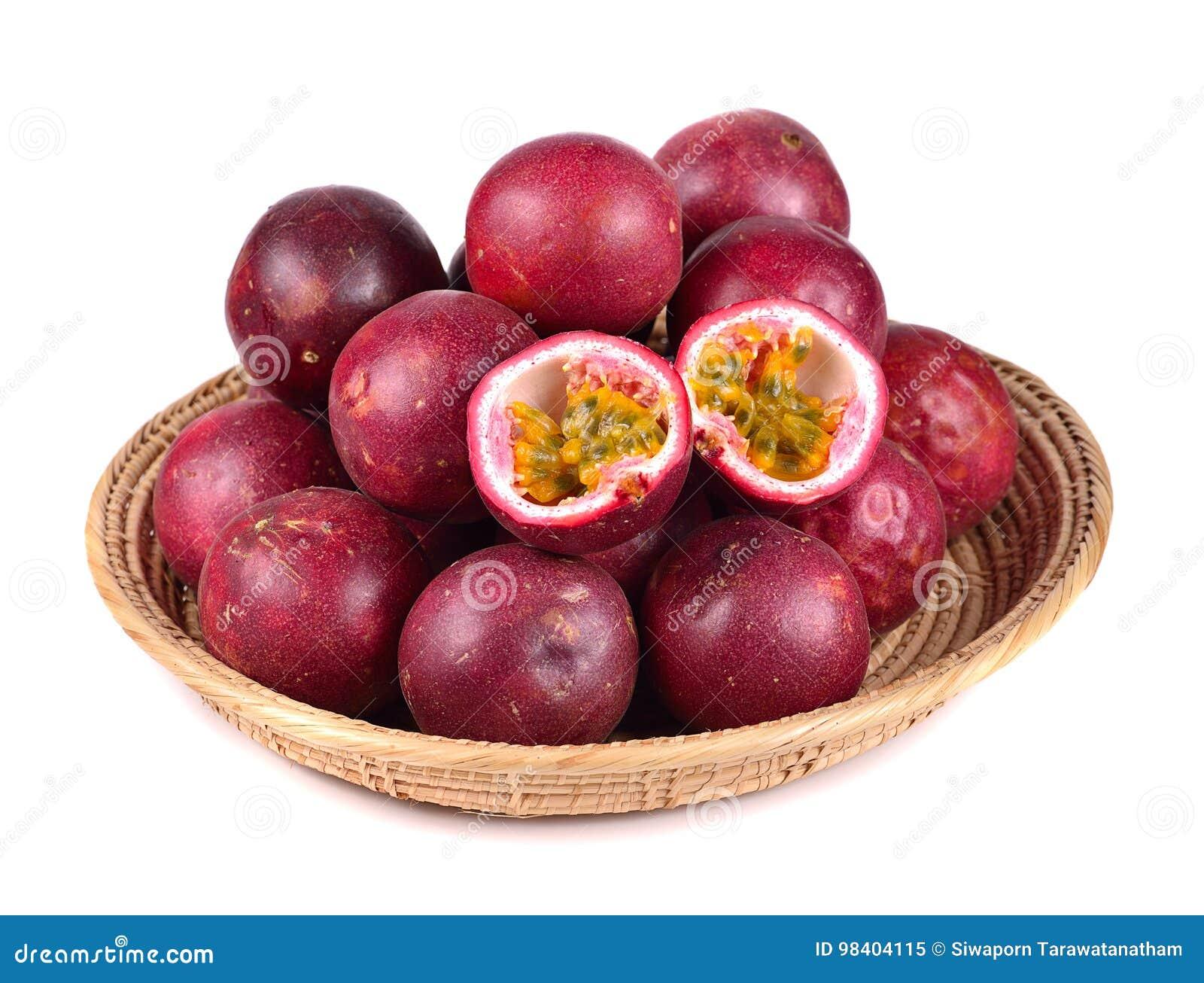 Fruta de paixão isolada no fundo branco