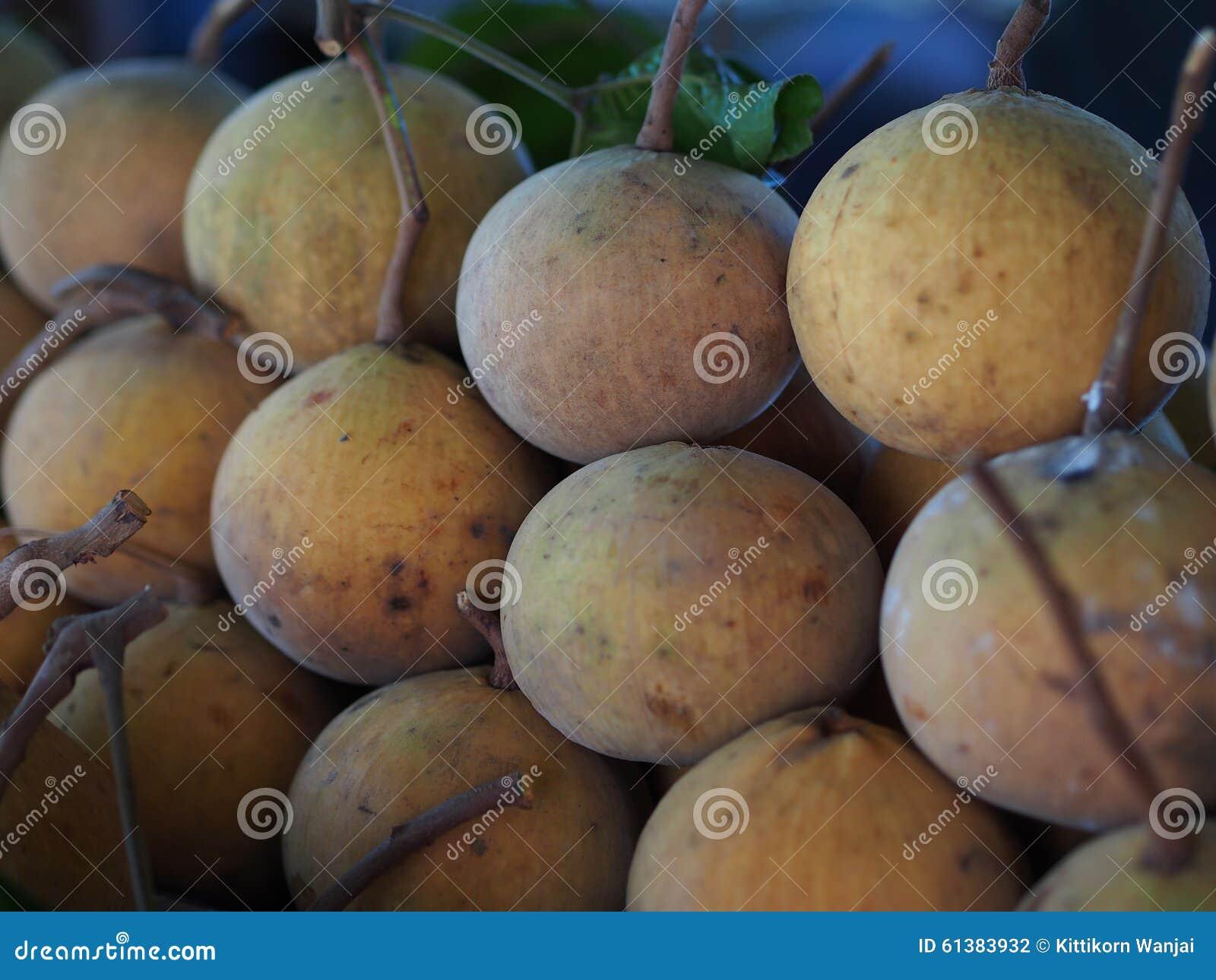 Fruta de Sentul para la venta en mercado local