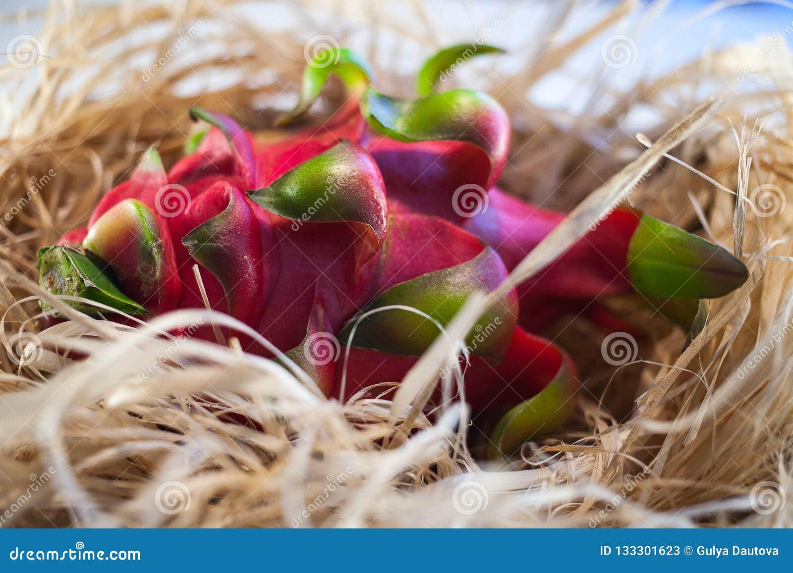 Fruta del dragón en la paja