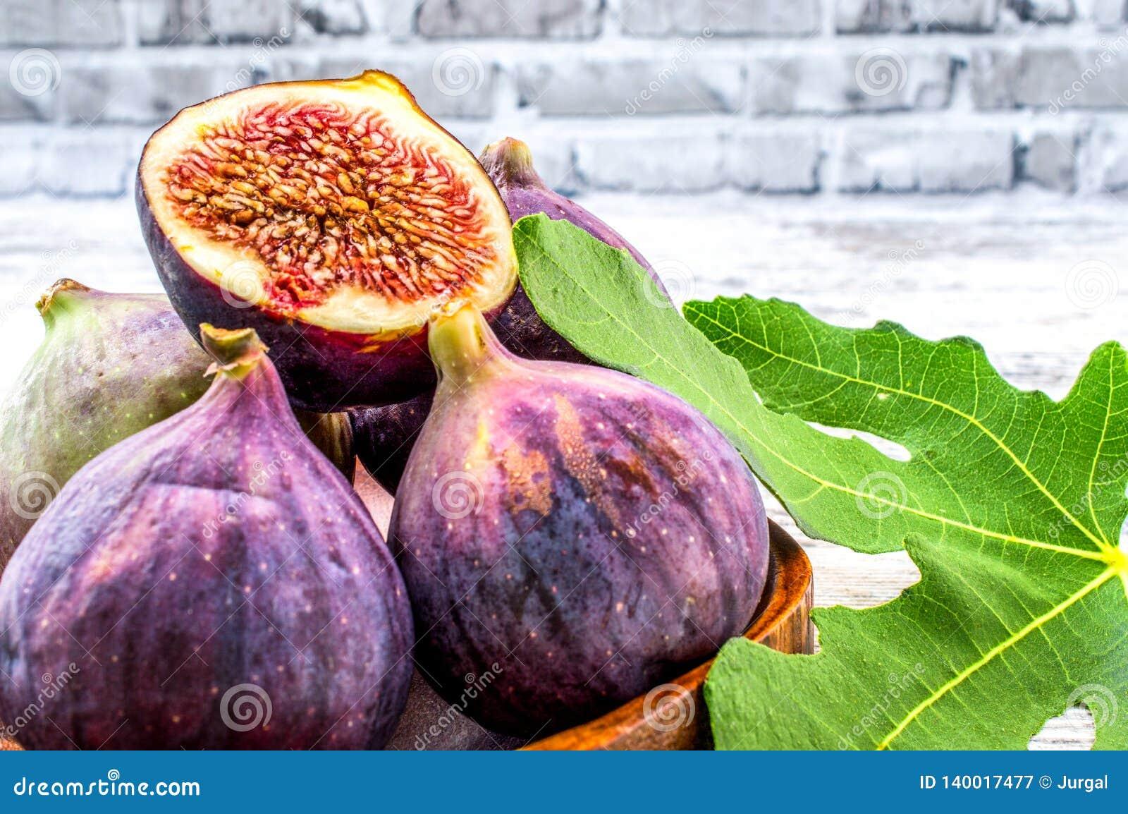 Fruta del higo con las hojas