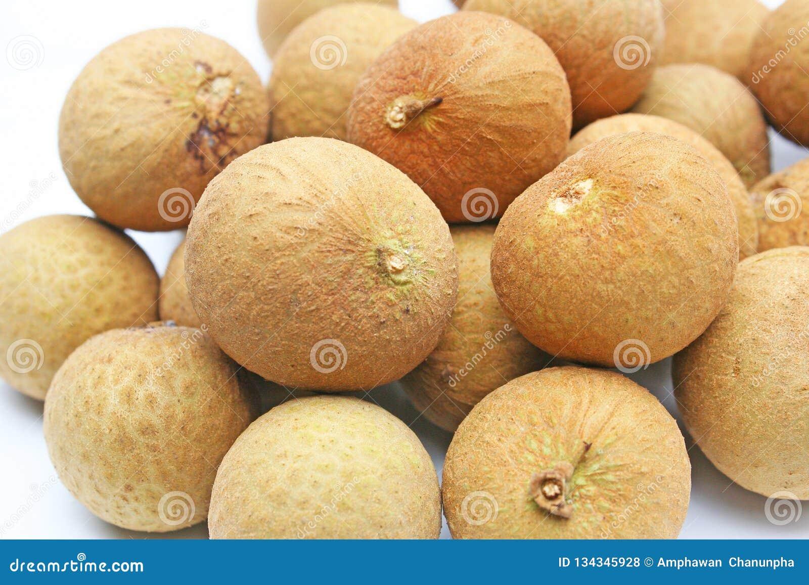 Fruta del Longan en la placa blanca