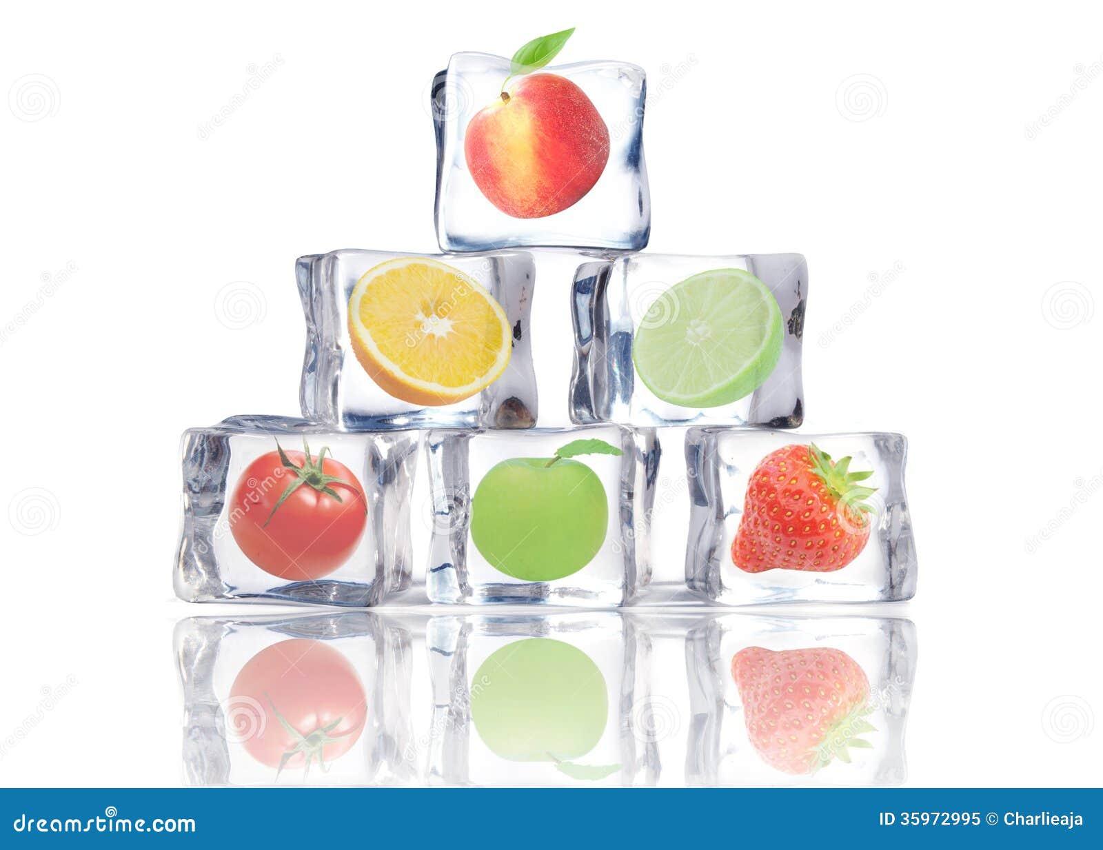 Fruta en cubos de hielo