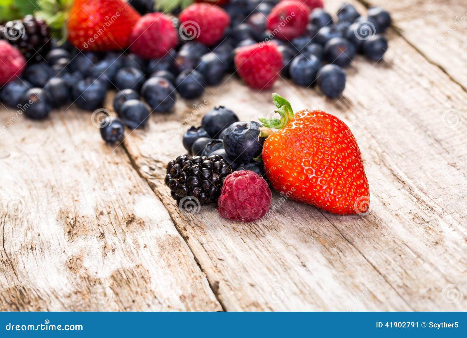 Fruta en fondo de madera