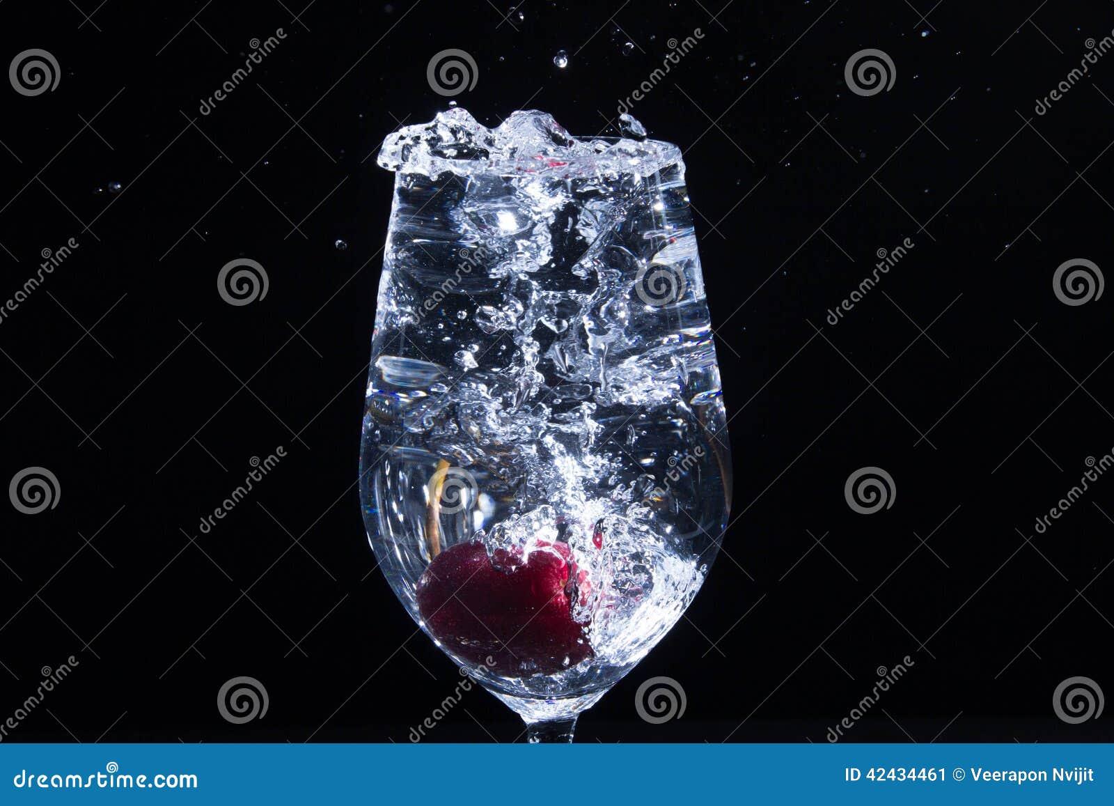 Fruta en un vidrio de agua