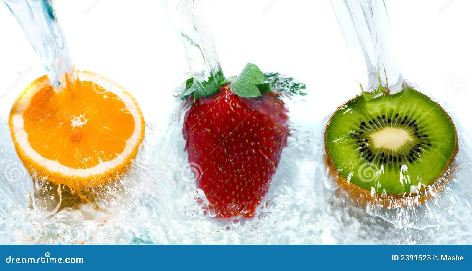 Fruta fresca que salta na água