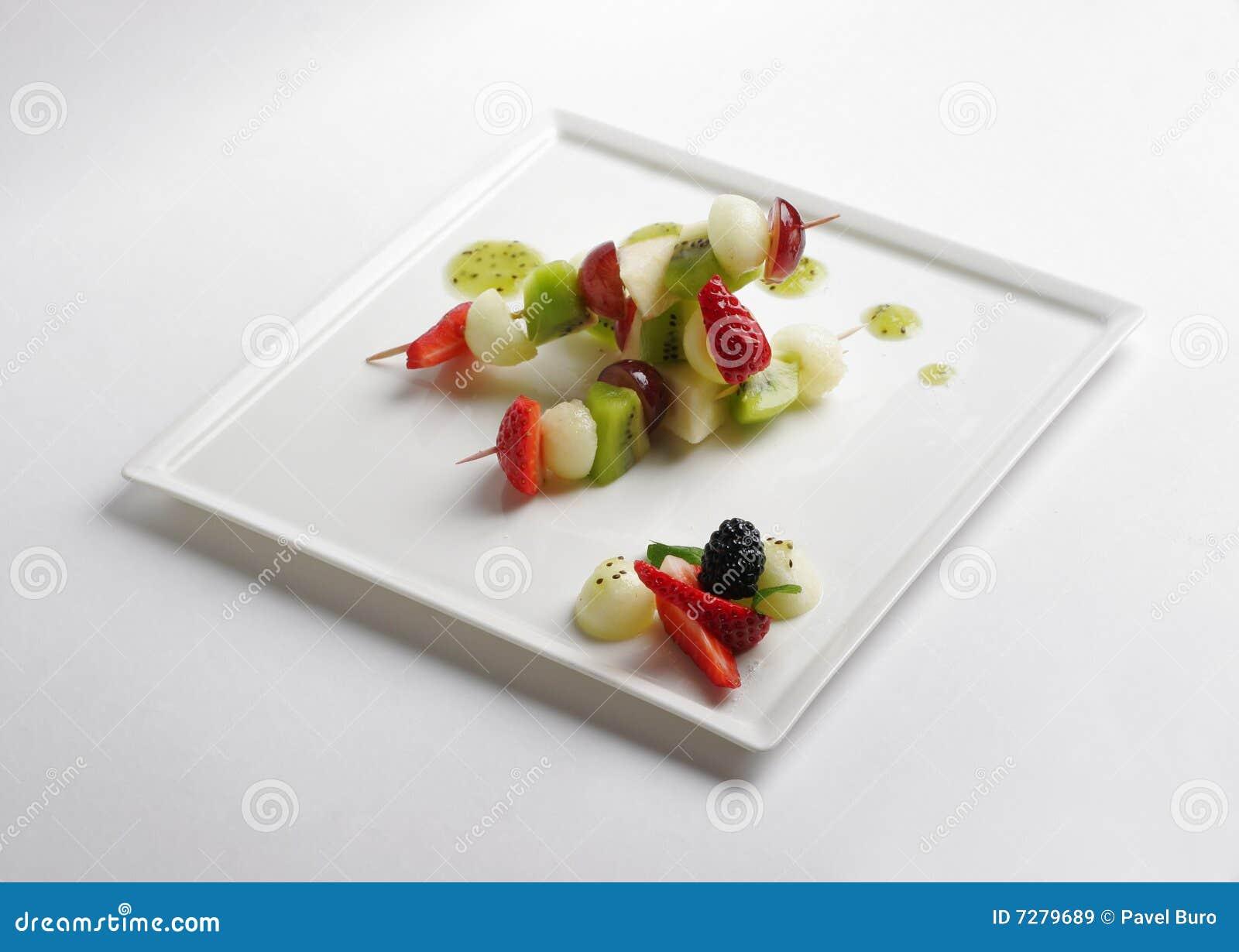 Fruta Kebabs en la placa