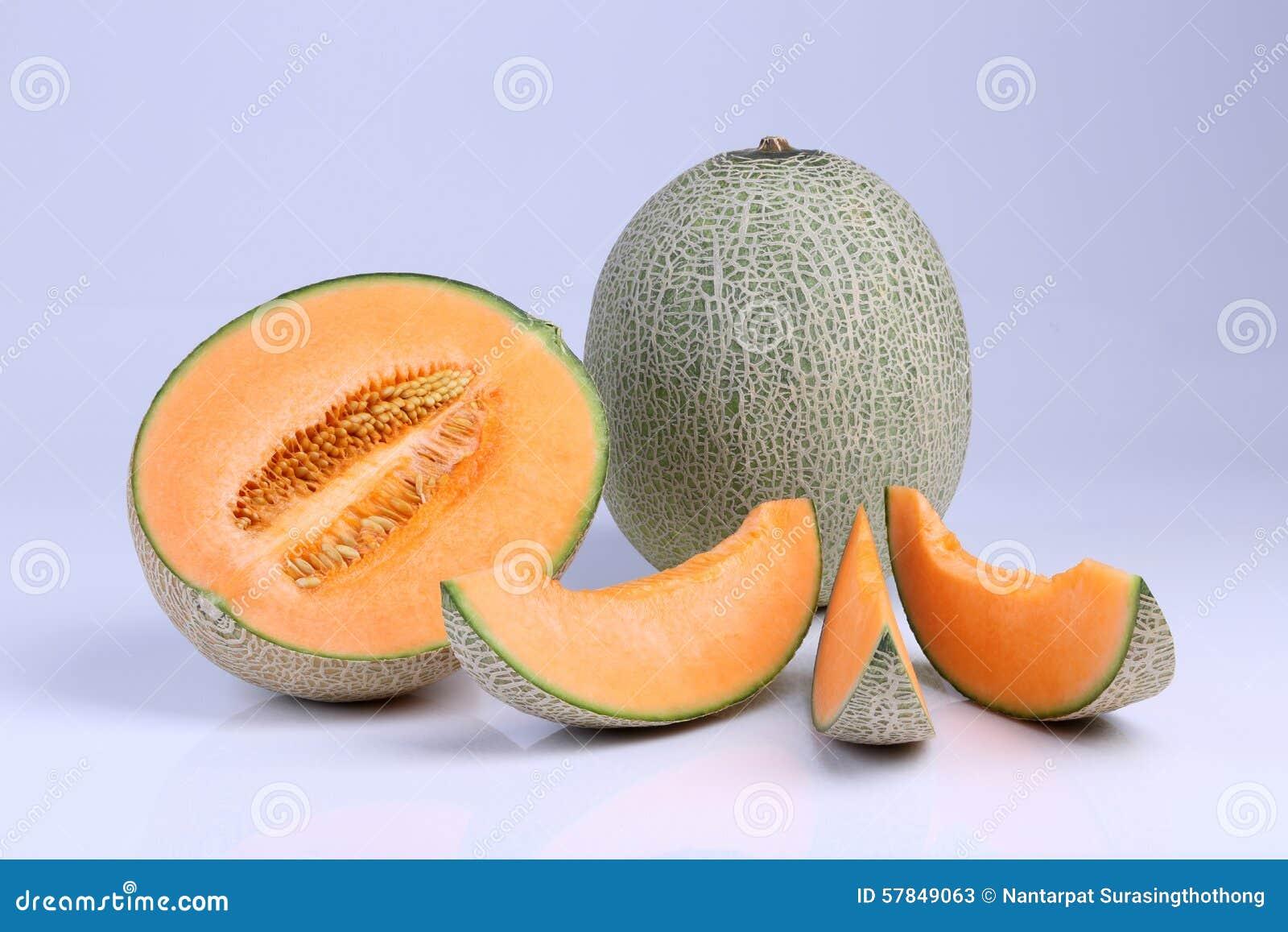 Fruta orgánica del melón del cantalupo aislada en el fondo blanco
