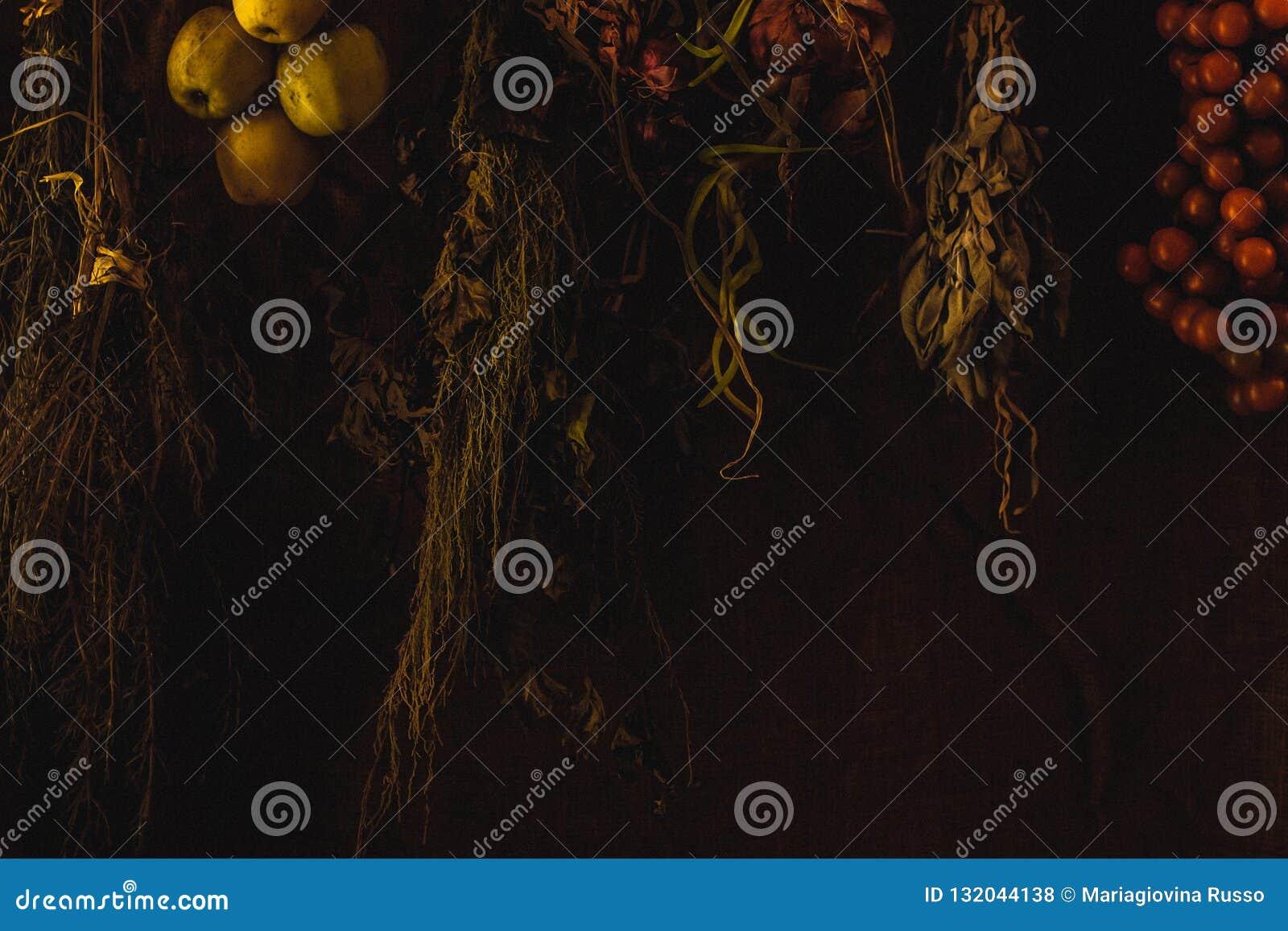 Fruta otoñal e hierbas aromáticas del campo italiano